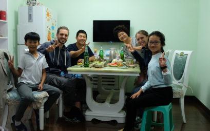 Leo und Sebastian essen mit ihren chinesischen Freunden Sunny, Terry, Baby und Yang Yang zu Abend.