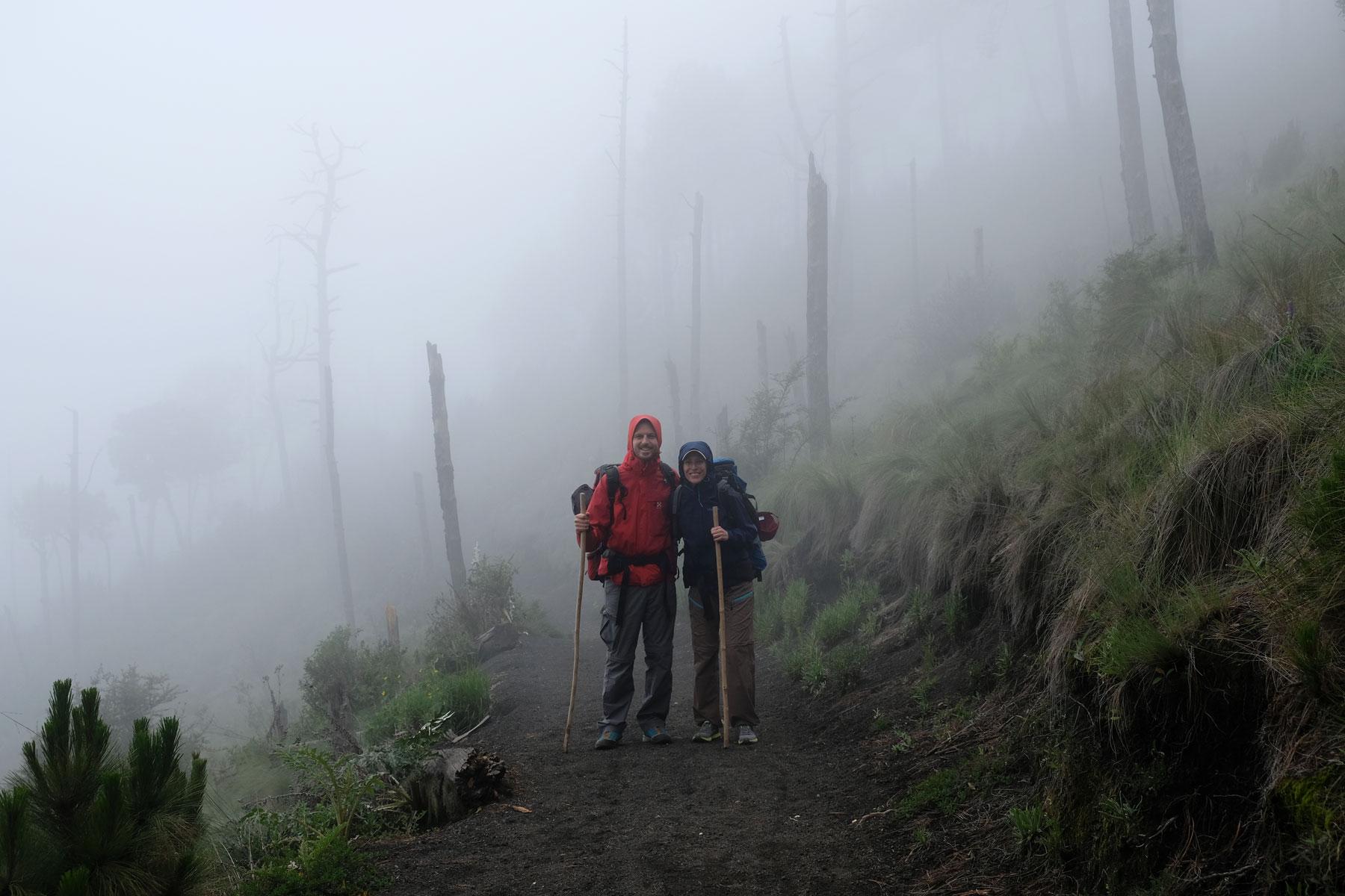 Leo und Sebastian stehen im Nebel, als sie auf den Vulkan Acatenango in Guatemala wandern.