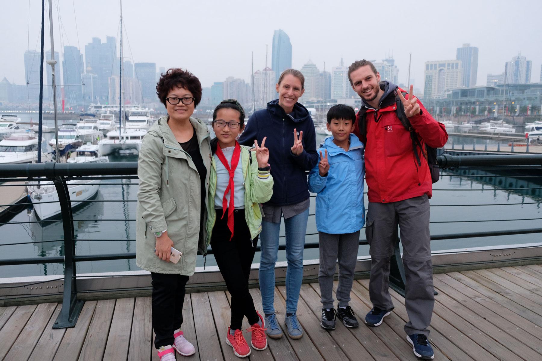 Leo und Sebastian schauen sich mit Sunny, Baby und Yang Yang den olympischen Segelhafen von Qingdao in China an.