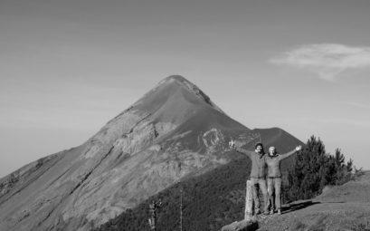 Leo und Sebastian stehen vor dem aktiven Vulkan Fuego in Guatemala.
