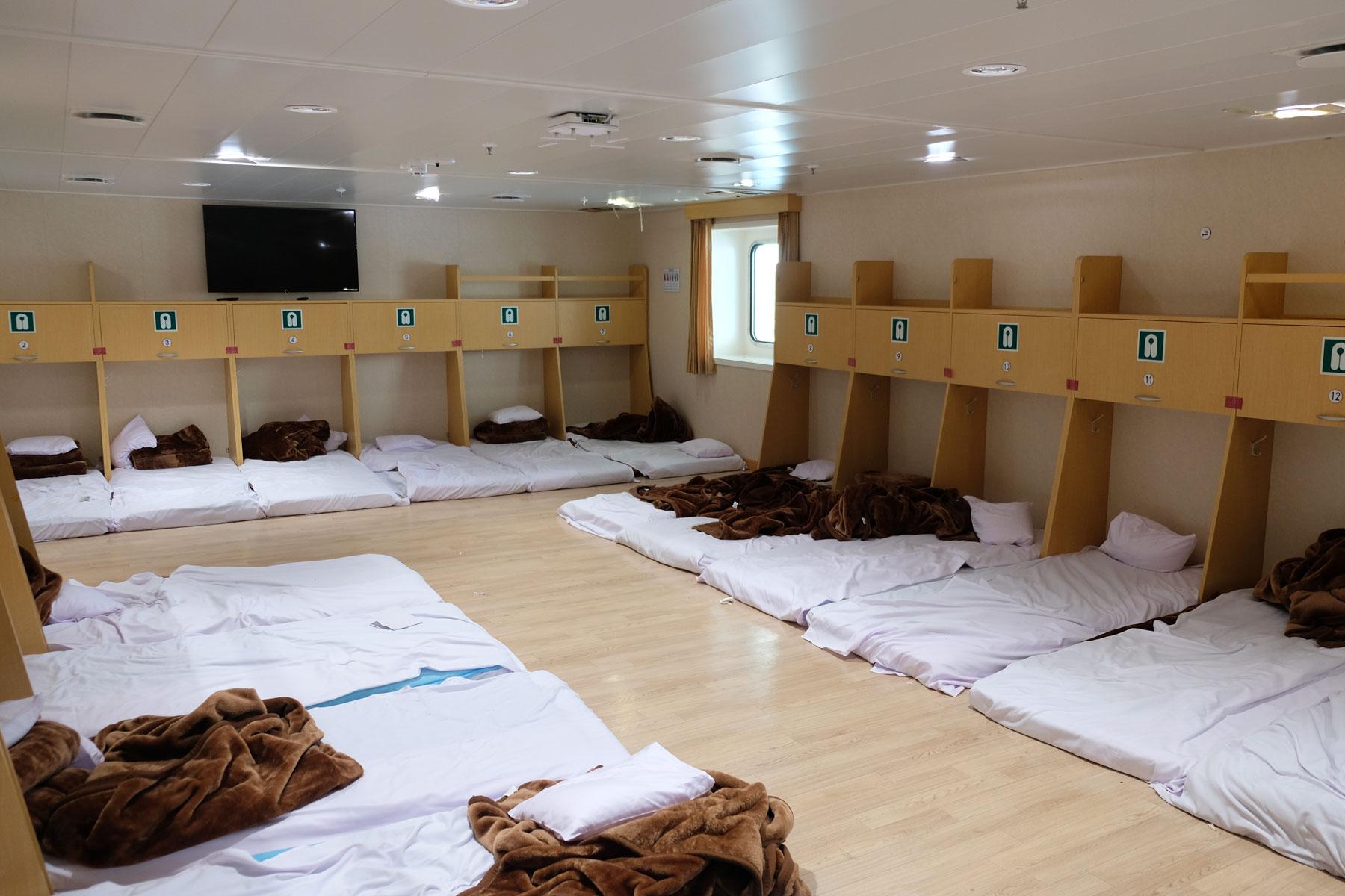 Auf der Weidong Ferry zwischen China und Südkorea gibt es auch ein großes Matratzenlager, in dem etwa dreißig Personen im gleichen Raum schlafen.