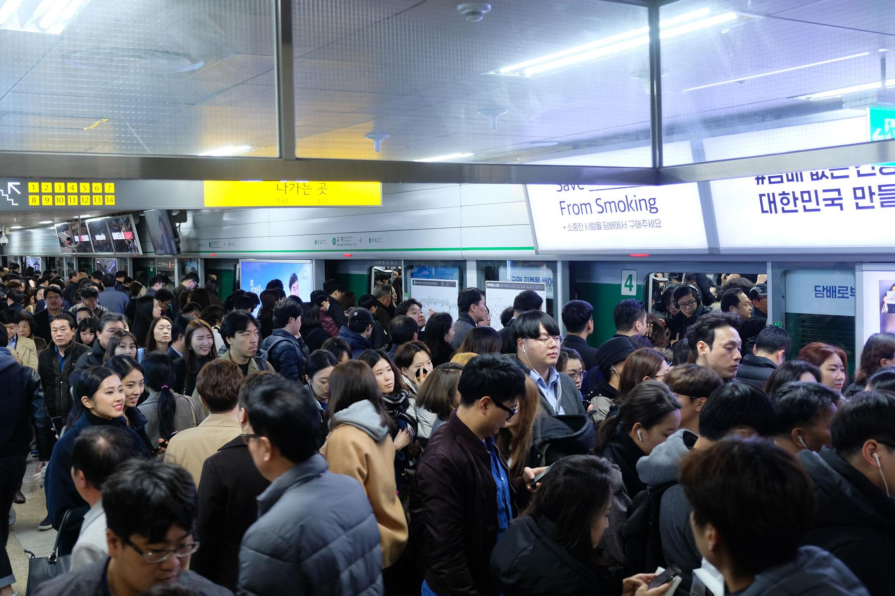 In der Metrohaltestelle stauen sich die Menschen in der rush hour.