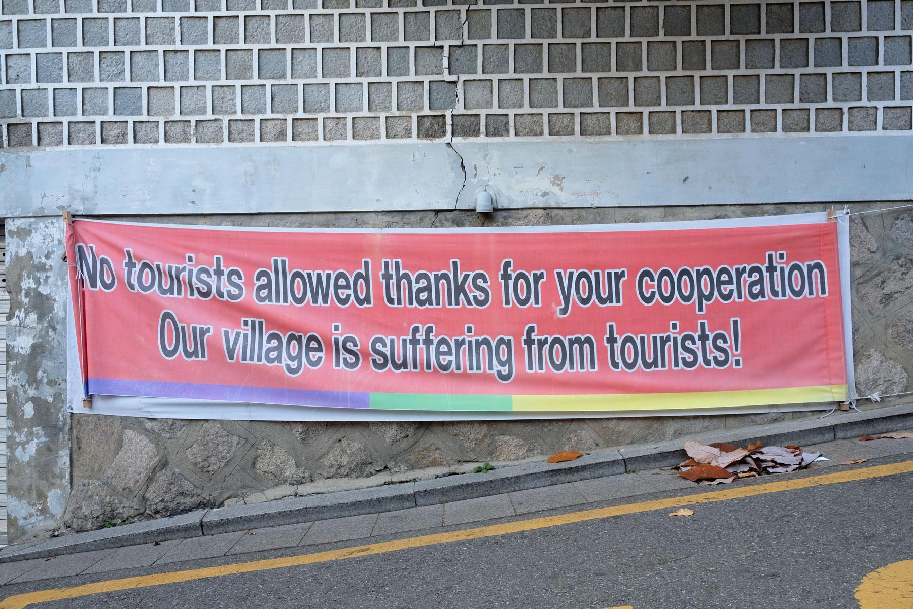Die Anwohner des Bukchon Hanok Village haben ein Schild aufgehängt, mit dem sie Touristen bitten, ihr Dorf nicht mehr zu besuchen.