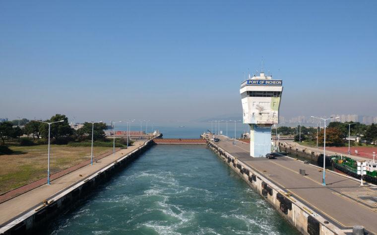 Der Hafen von Incheon, Südkorea, ist mit Schleusen vom Meer abgetrennt.