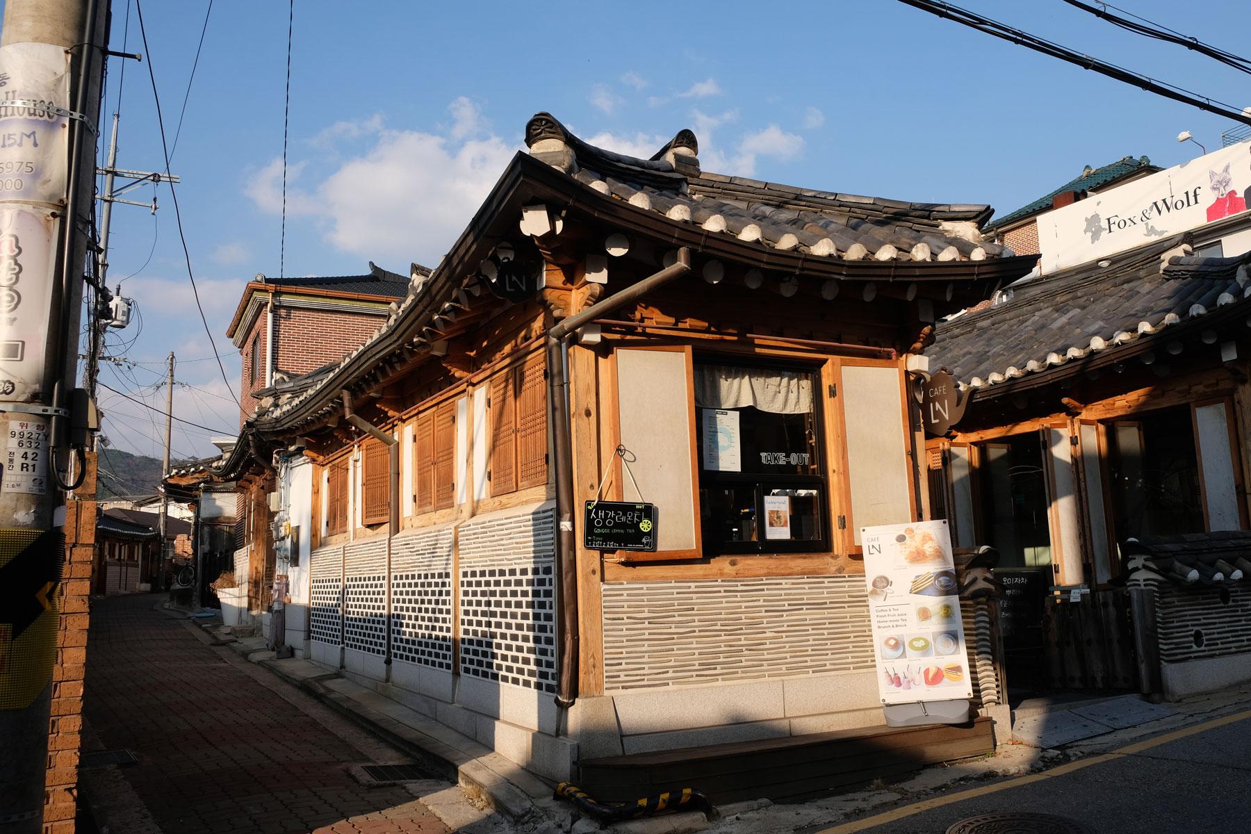 Ein traditionelles koreanisches Haus im Bukchon Hanok Village in Seoul in Südkorea.