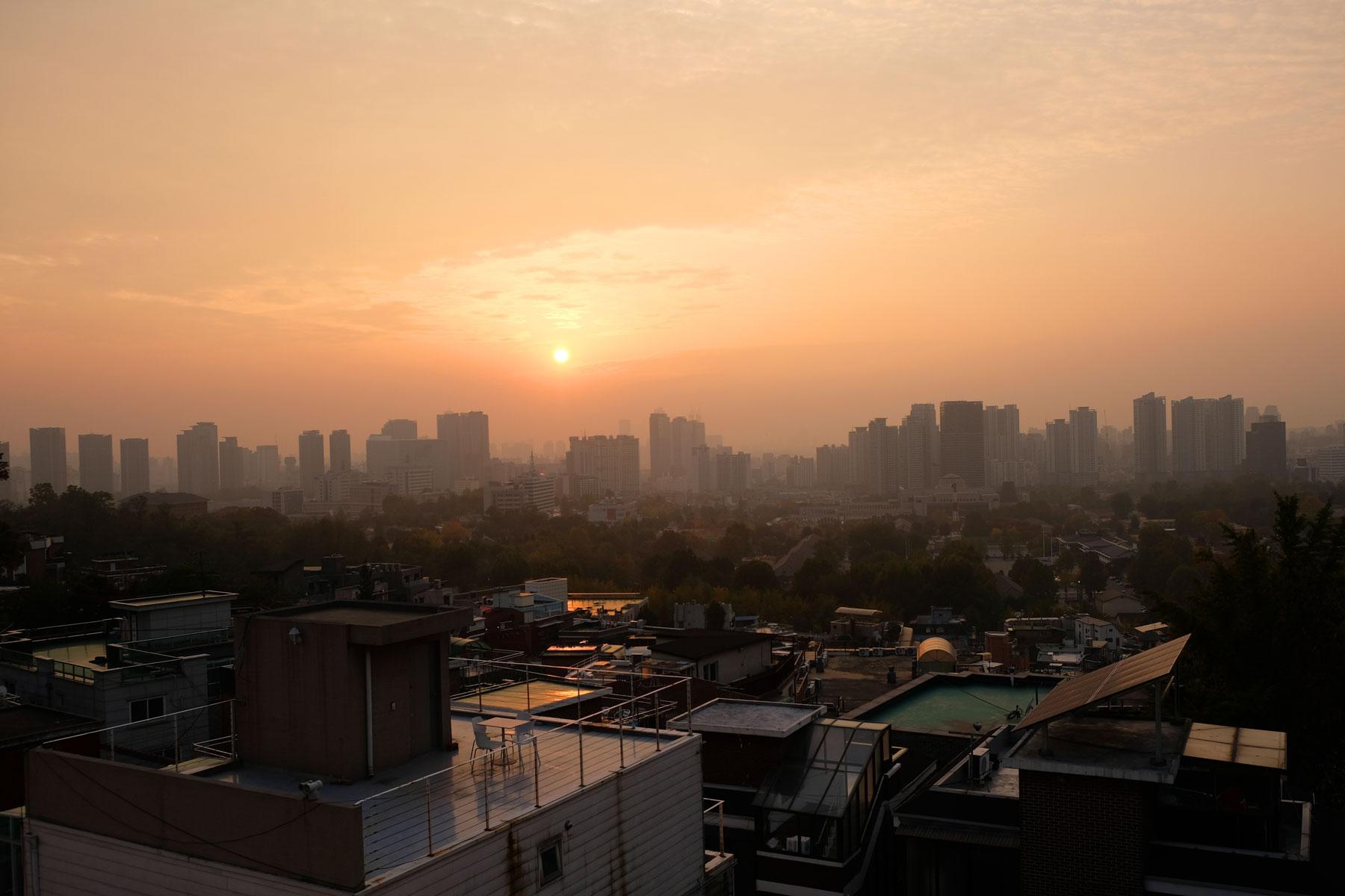 Über Seoul geht die Sonne unter.