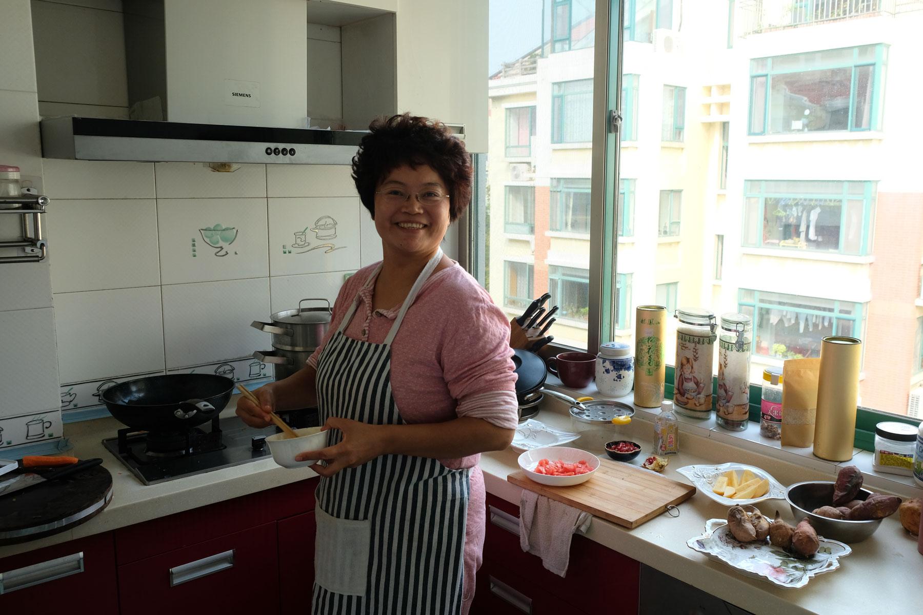 Sunny steht in ihrer Küche und bereitet uns ein Frühstück zu