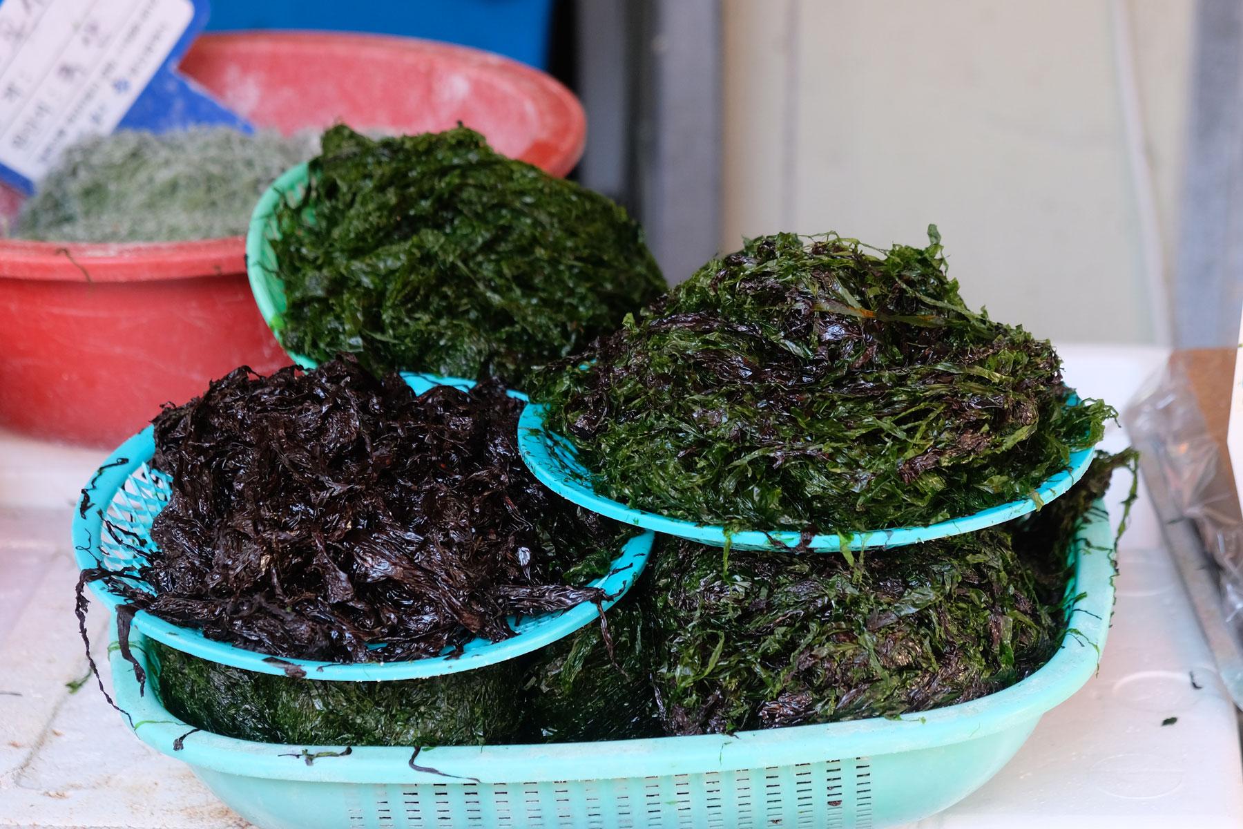 Schalen mit Algen werden in Südkorea zum Verkauf angeboten.