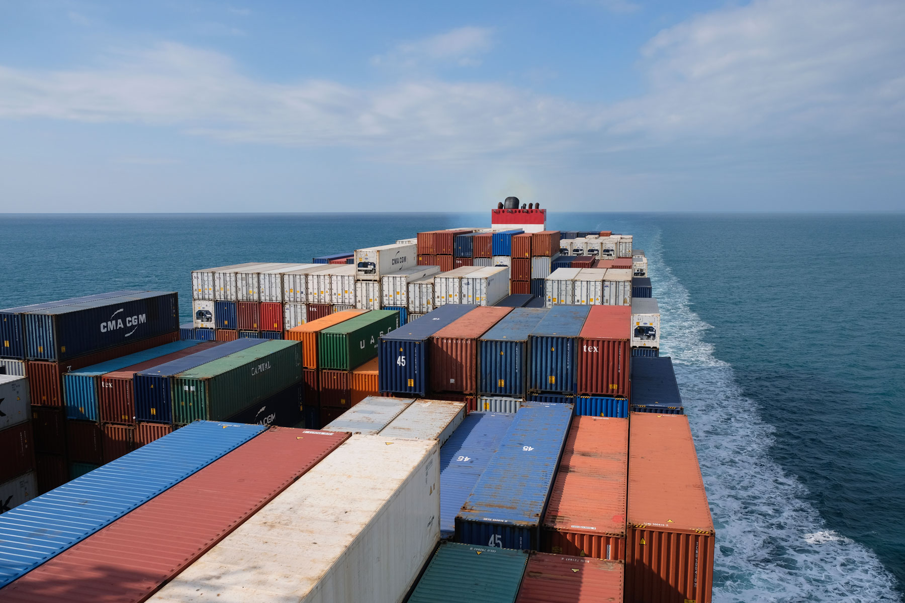 Ein Containerschiff von der Brücke aus betrachtet.
