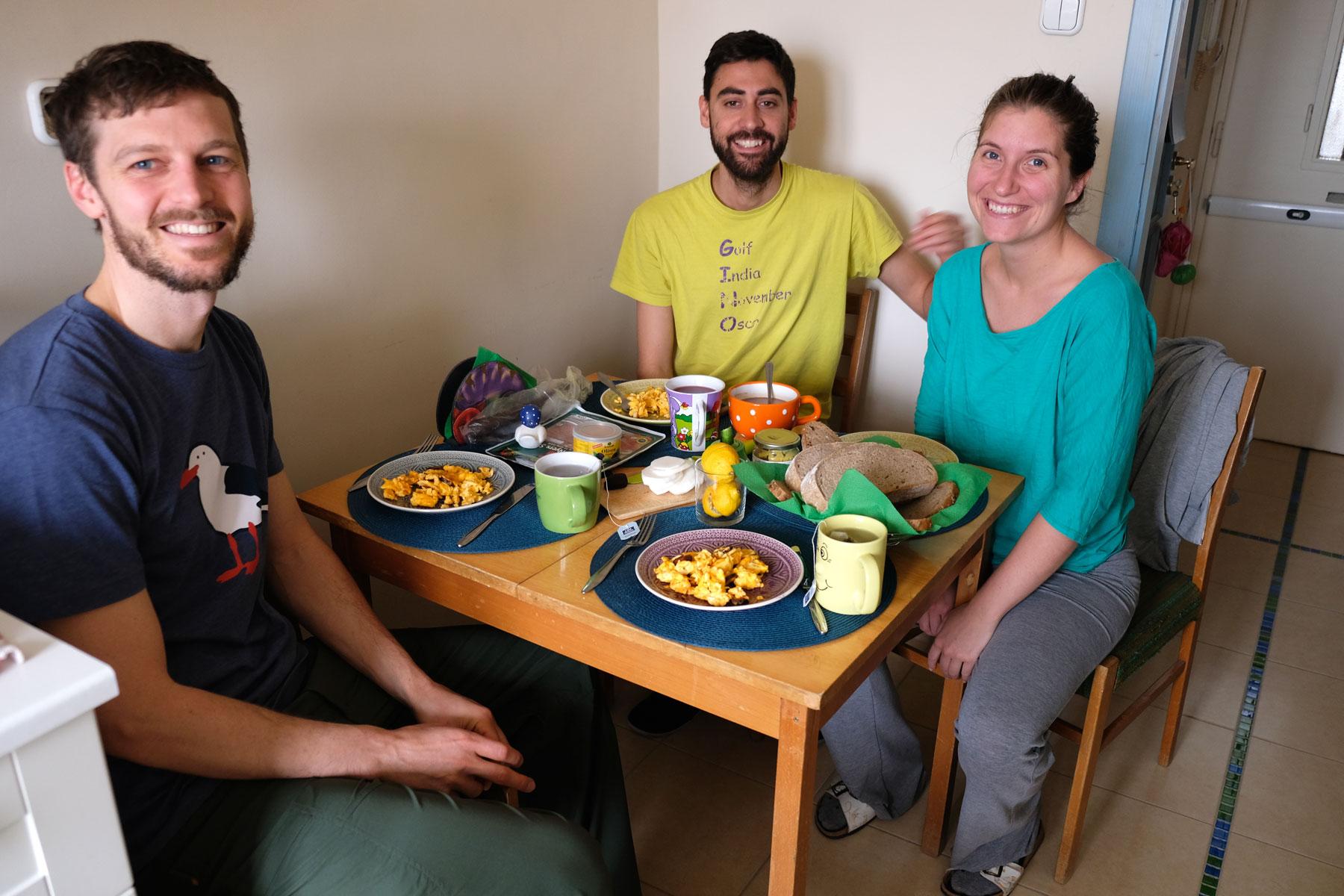 Sebastian sitzt mit unseren ungarischen Couchsurfing Gastgebern beim Frühstück.