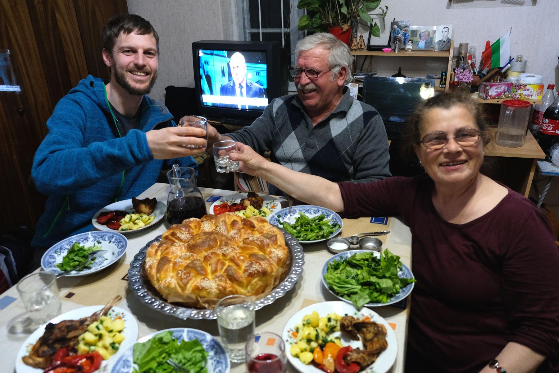 Sebastian beim Abendessen mit einem älteren bulgarischen Ehepaar.