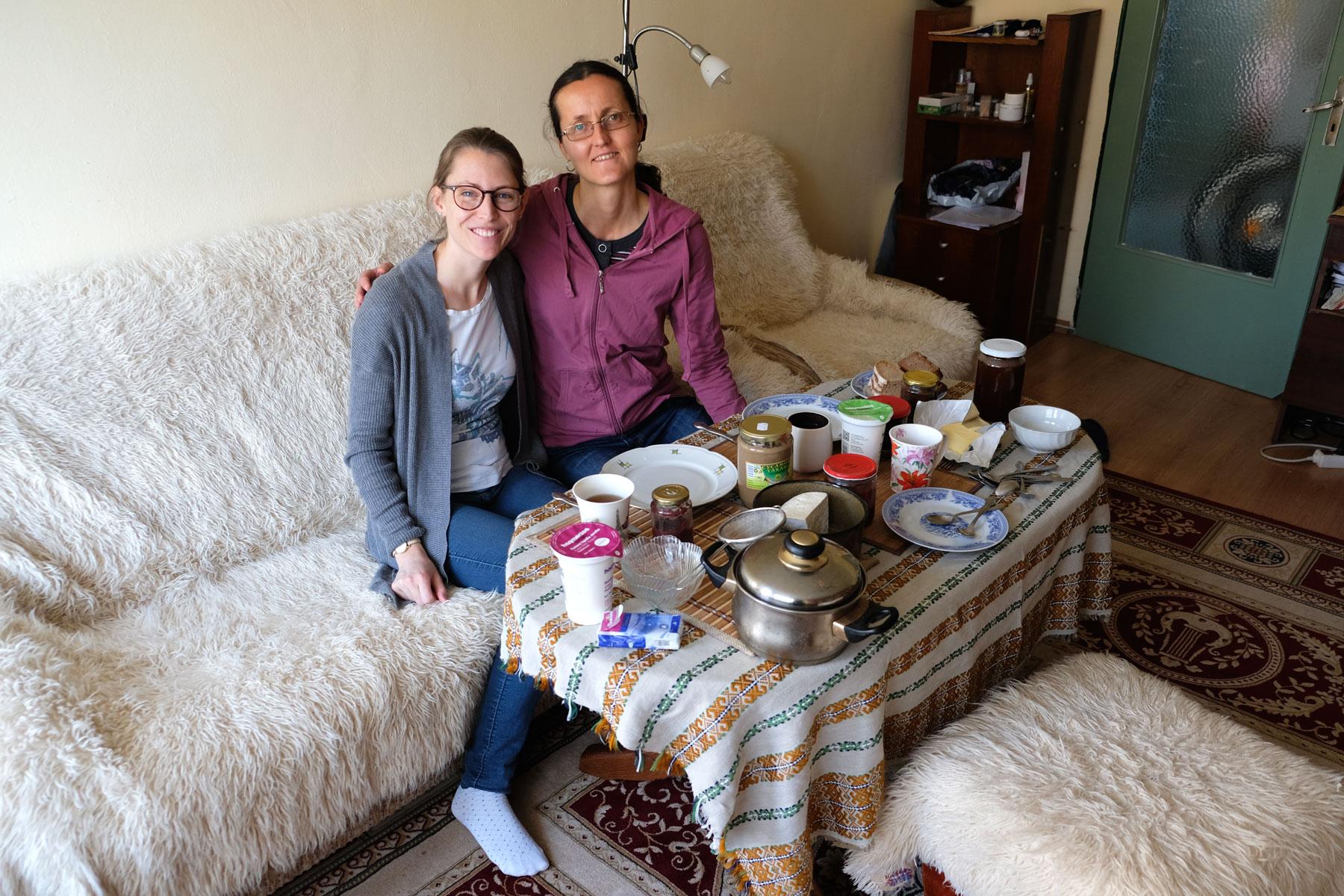 Leo sitzt mit unserer Couchsurfing Gastgeberin in Sofia auf dem Sofa.