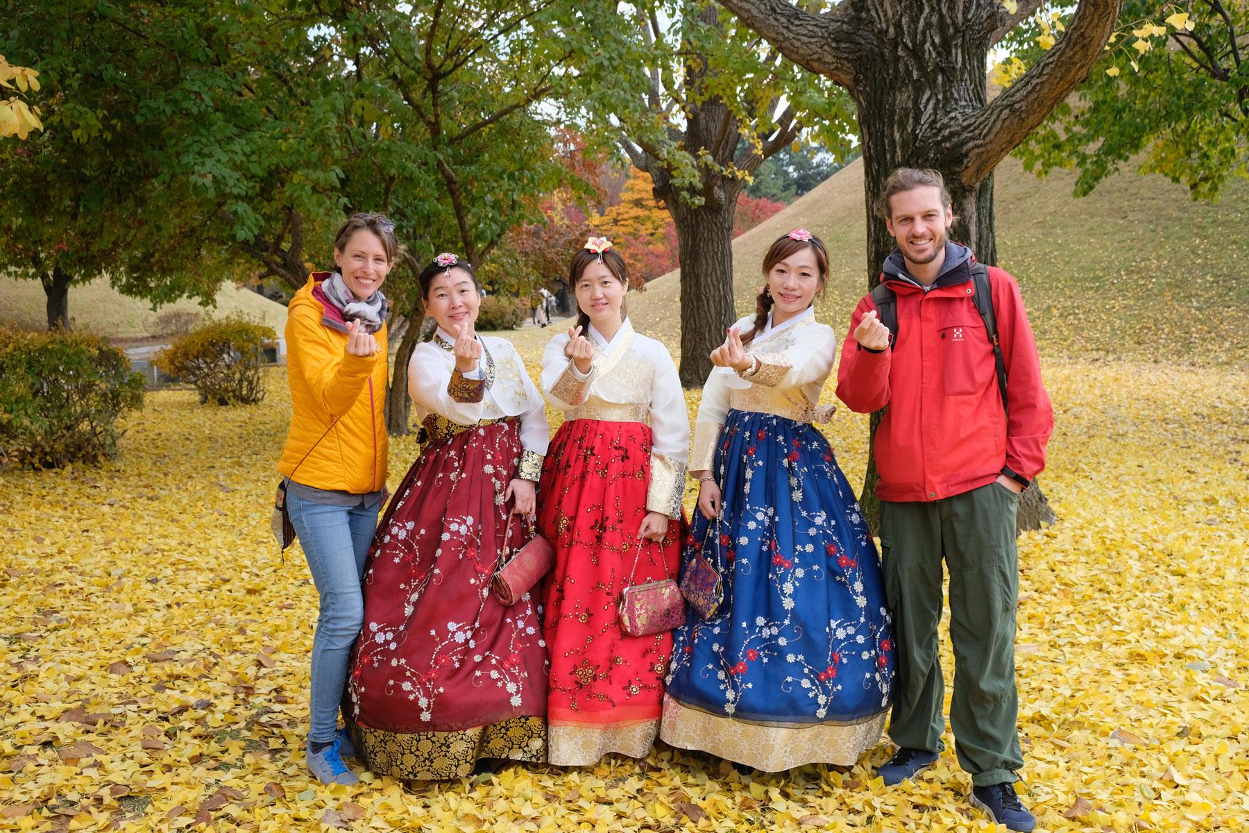 Leo und Sebastian mit drei Taiwanesinnen in Gyeongju in Südkorea.