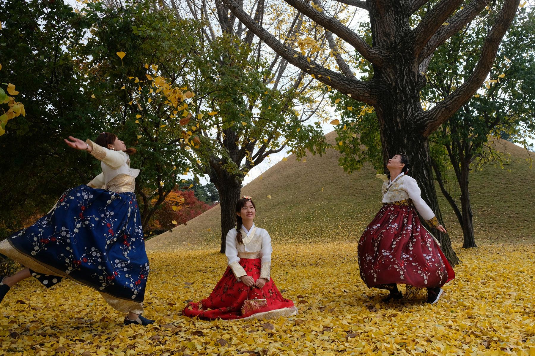Drei Frauen in koreanischer Tracht posieren für ein Foto in Gyeongju in Südkorea.