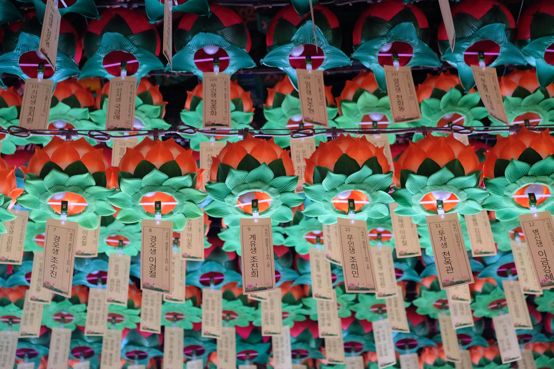 Gebete und Wünsche sind auf Zettel geschrieben, die an der Decke des Klosters in Mokpo in Südkorea hängen.