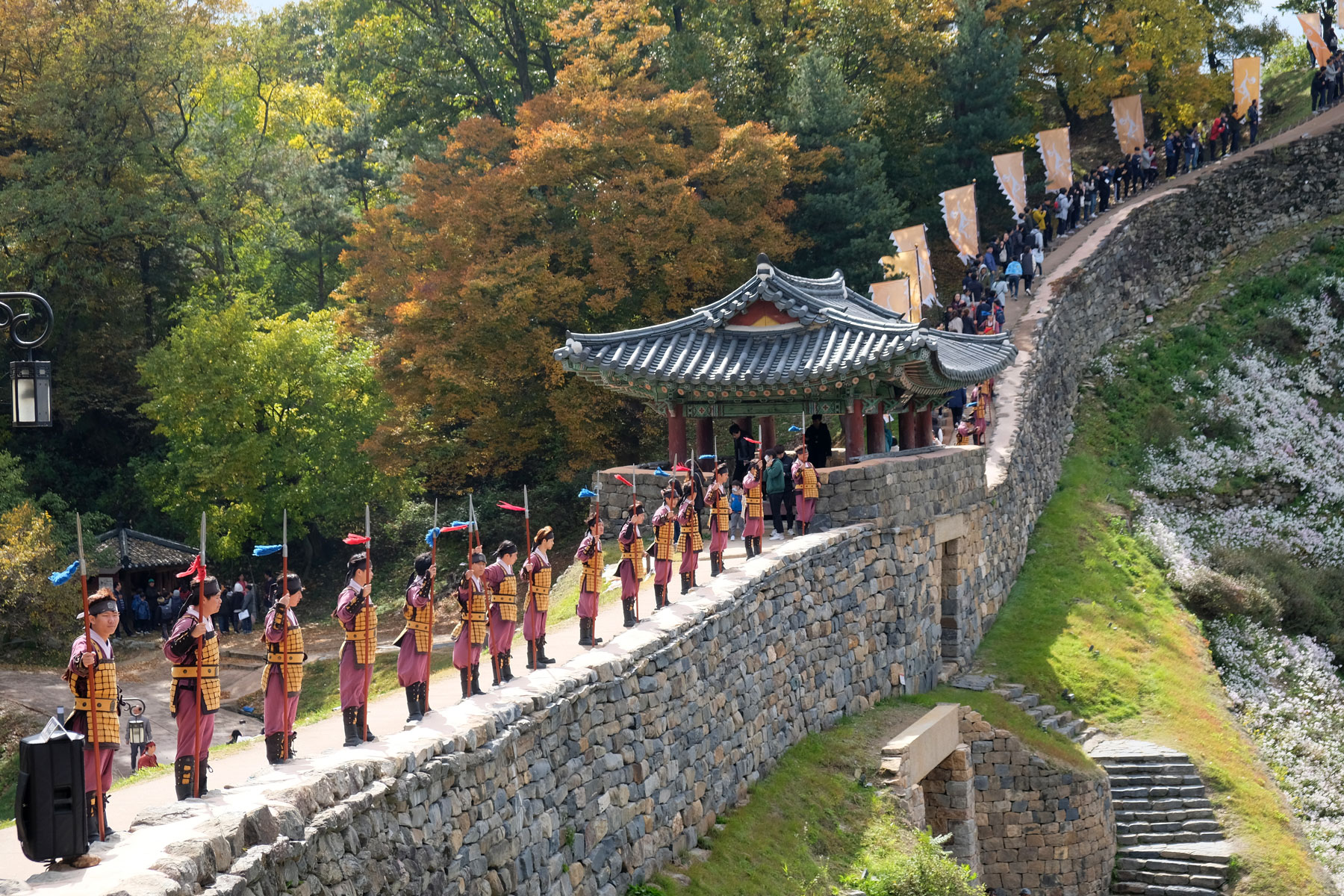 Wächter stehen auf der Burgmauer des Gongsanseong-Forts in Gongju.