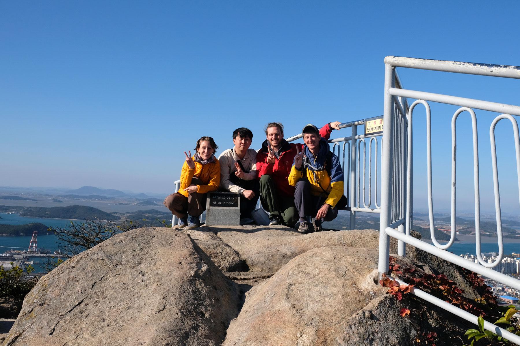Leo und Sebastian feiern den Gipfelerfolg mit Sung-il und Alex.