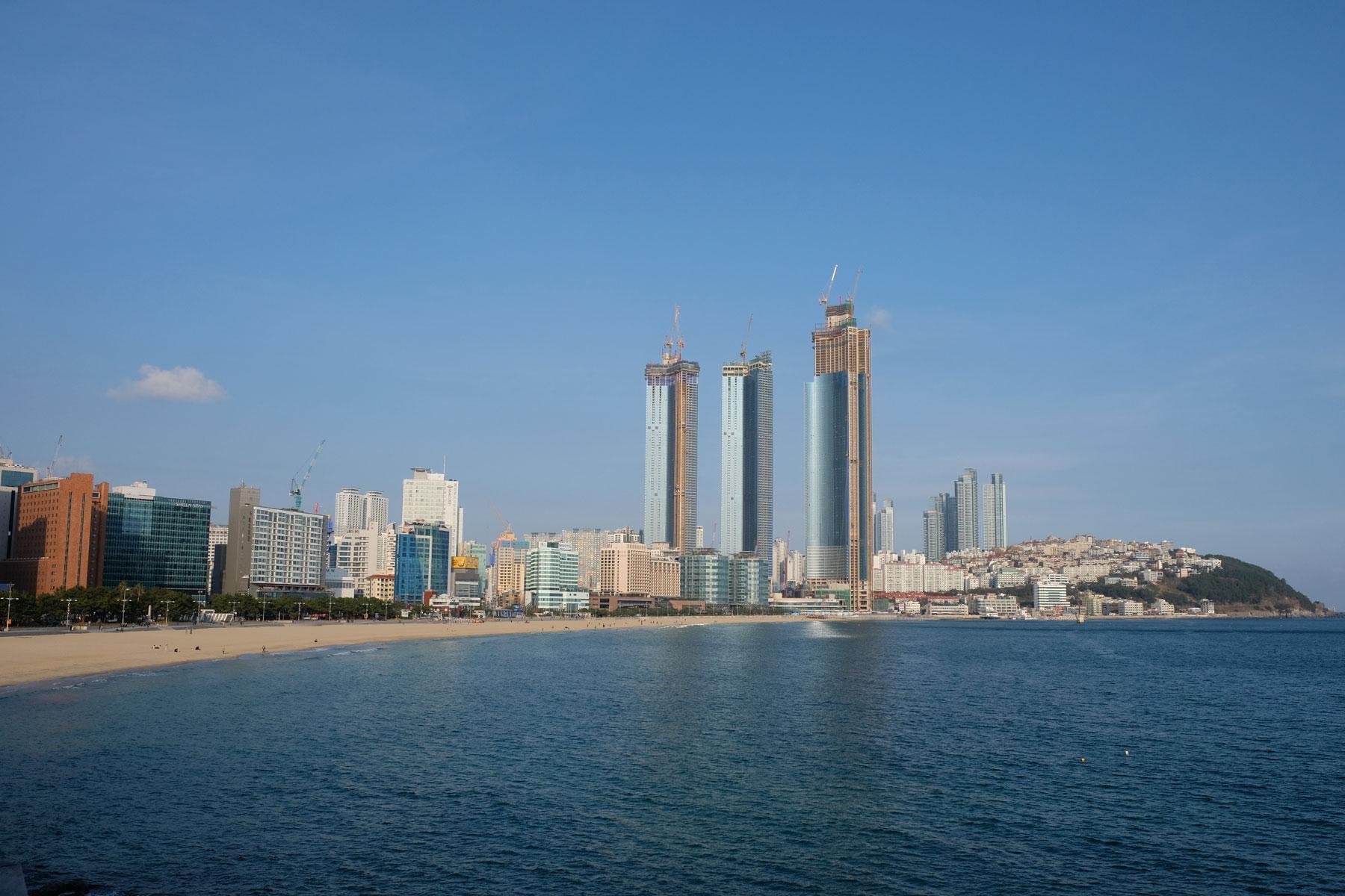 Am Haeundae-Strand in Busan erheben sich die Hochhäuser.