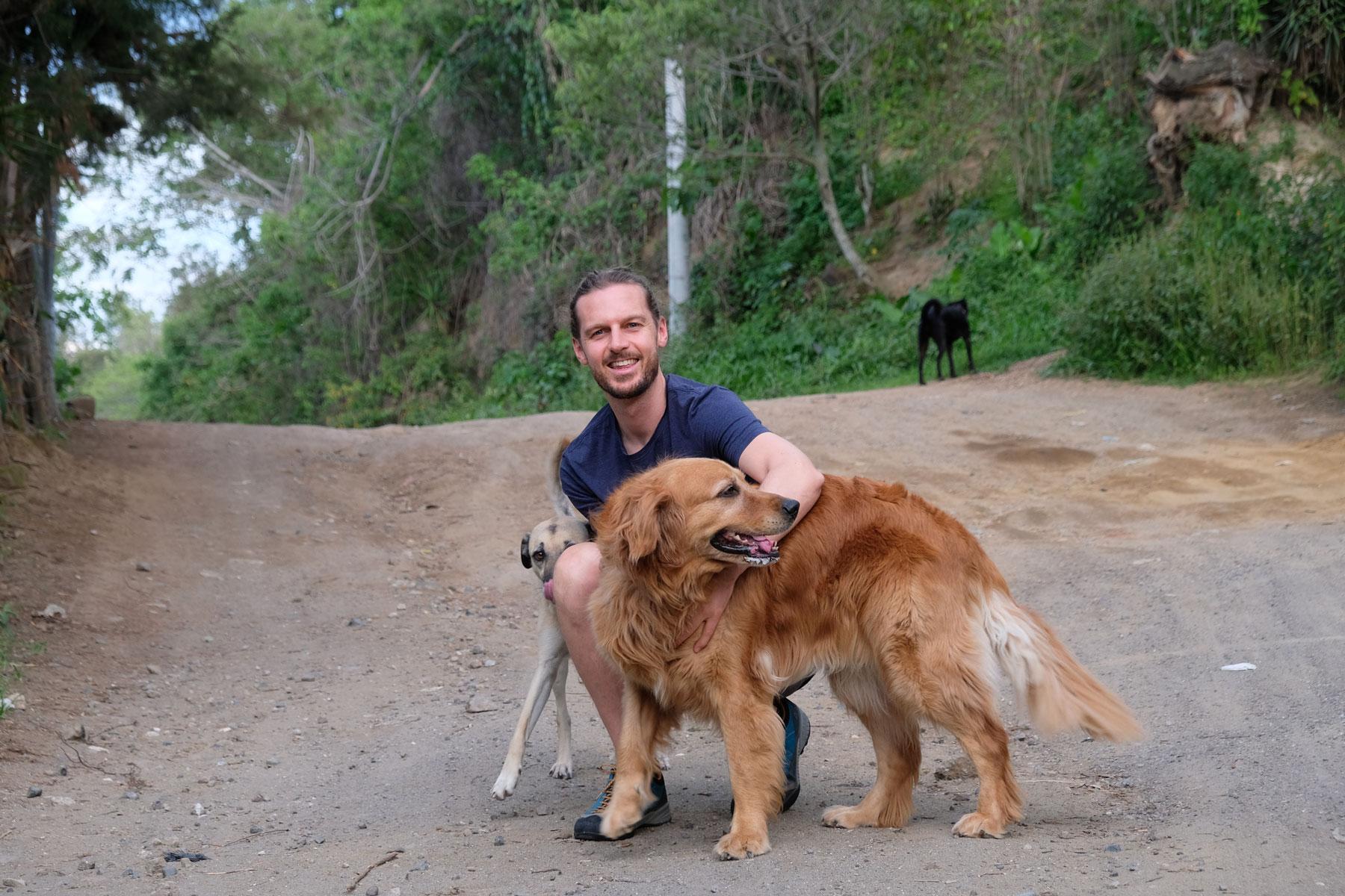Sebastian geht beim House Sitting mit zwei Hunden Gassi.