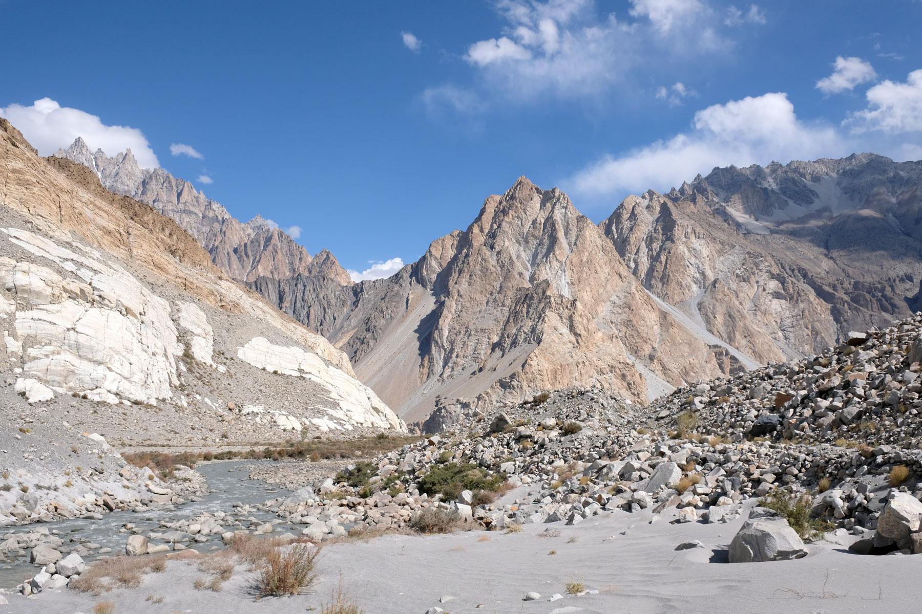 Ein Fluss und hohe Berge im Karakorum Gebirge in Pakistan.