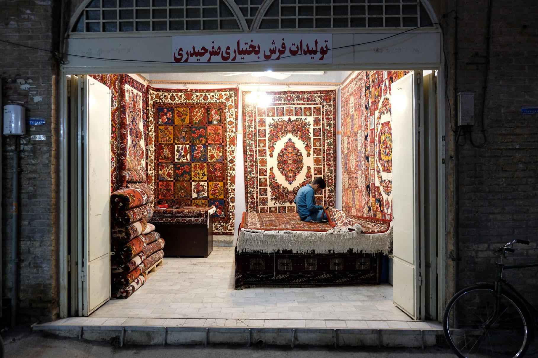 Ein Mann in einem Teppichgeschäft in Isfahan.