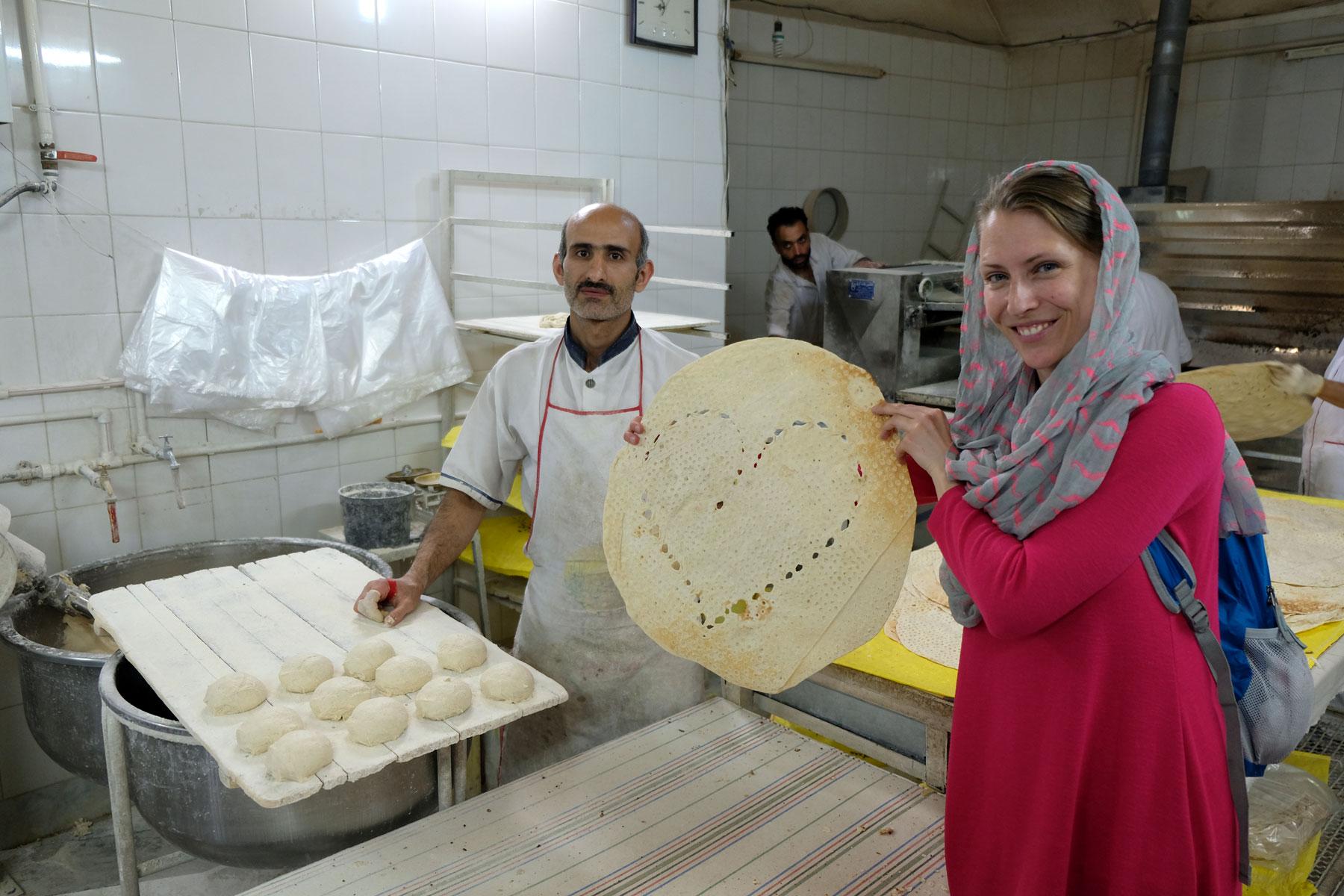 Leo mit einem Brot in Herzform in einer iranischen Bäckerei.