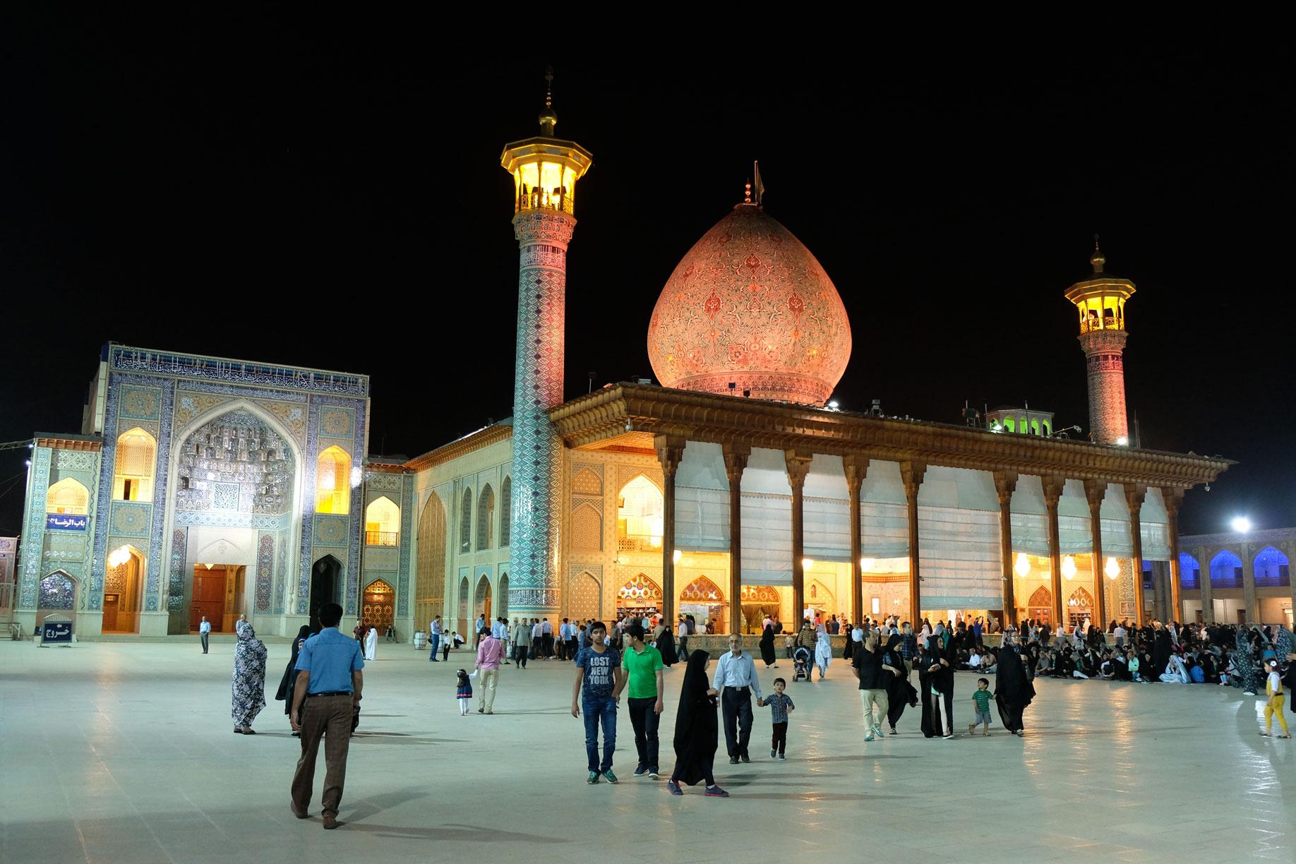Menschen vor einer Moschee im Shahcheraq Schrein in Shiraz.