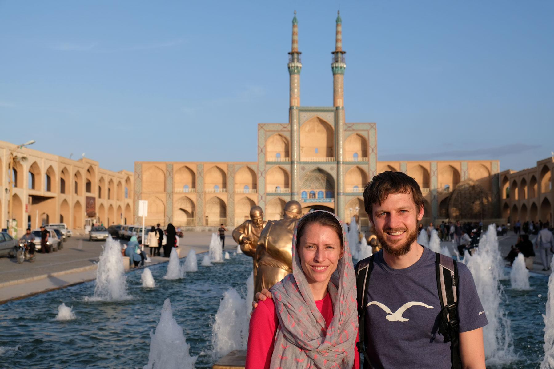 Leo und Sebastian vor einem historischen Gebäude in Yazd.