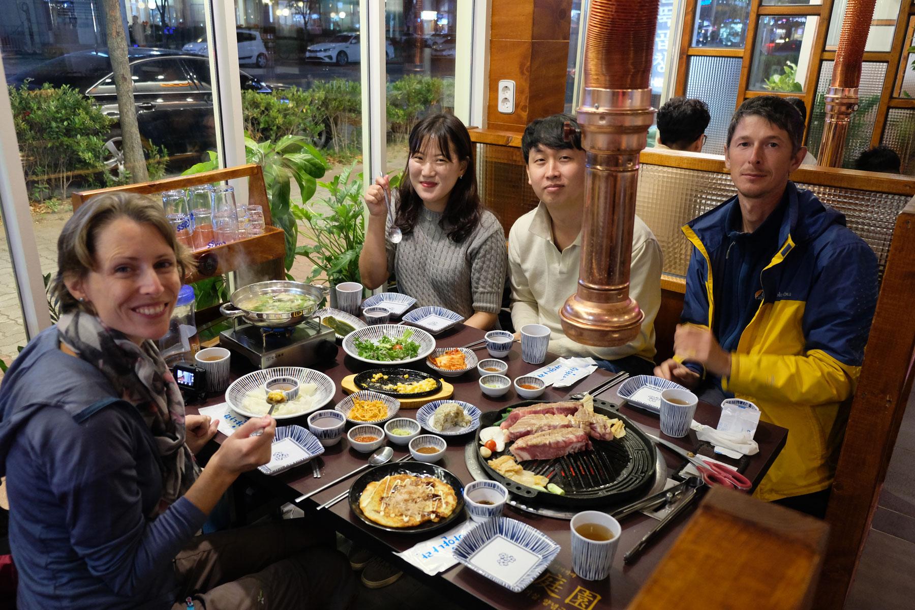 Leo sitzt mit den Couchsurfing-Gastgebern in Mokpo in Südkorea beim Barbecue.