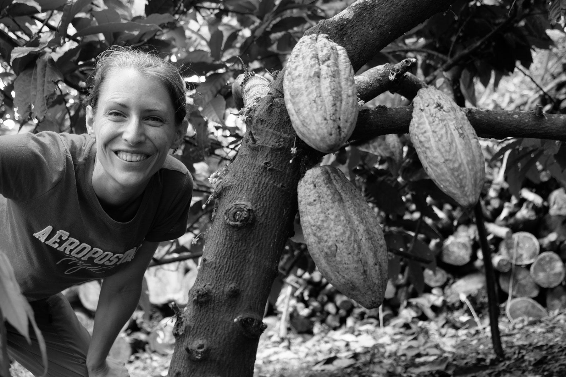Leo steht neben einem Kakaobaum auf einer Biofarm in Nicaragua.