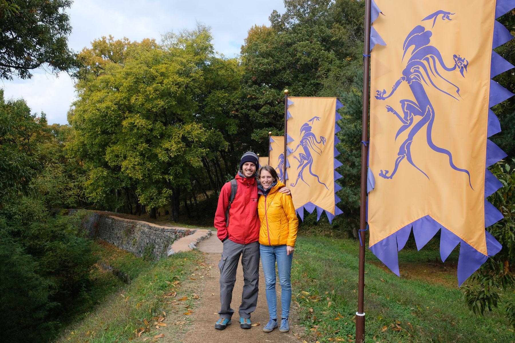 Leo und Sebastian stehen im Gongsanseong-Fort in Gongju in Südkorea.