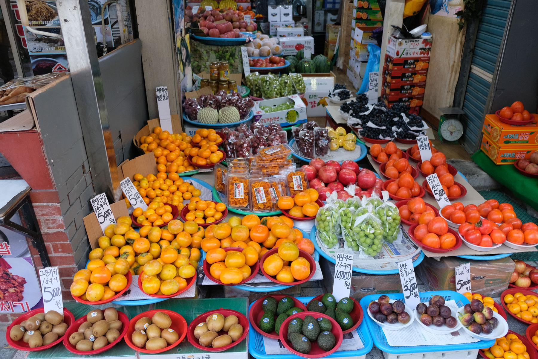 In Busan wird Obst zum Verkauf angeboten.