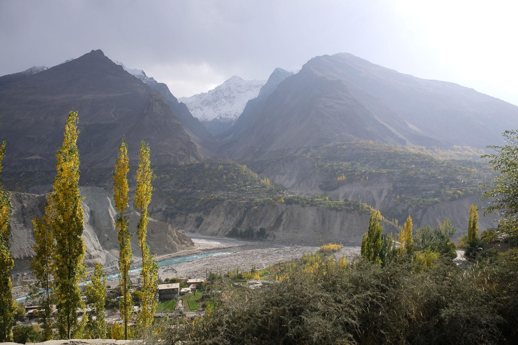 Berge und Bäume im Hunza Tal in Pakistan.