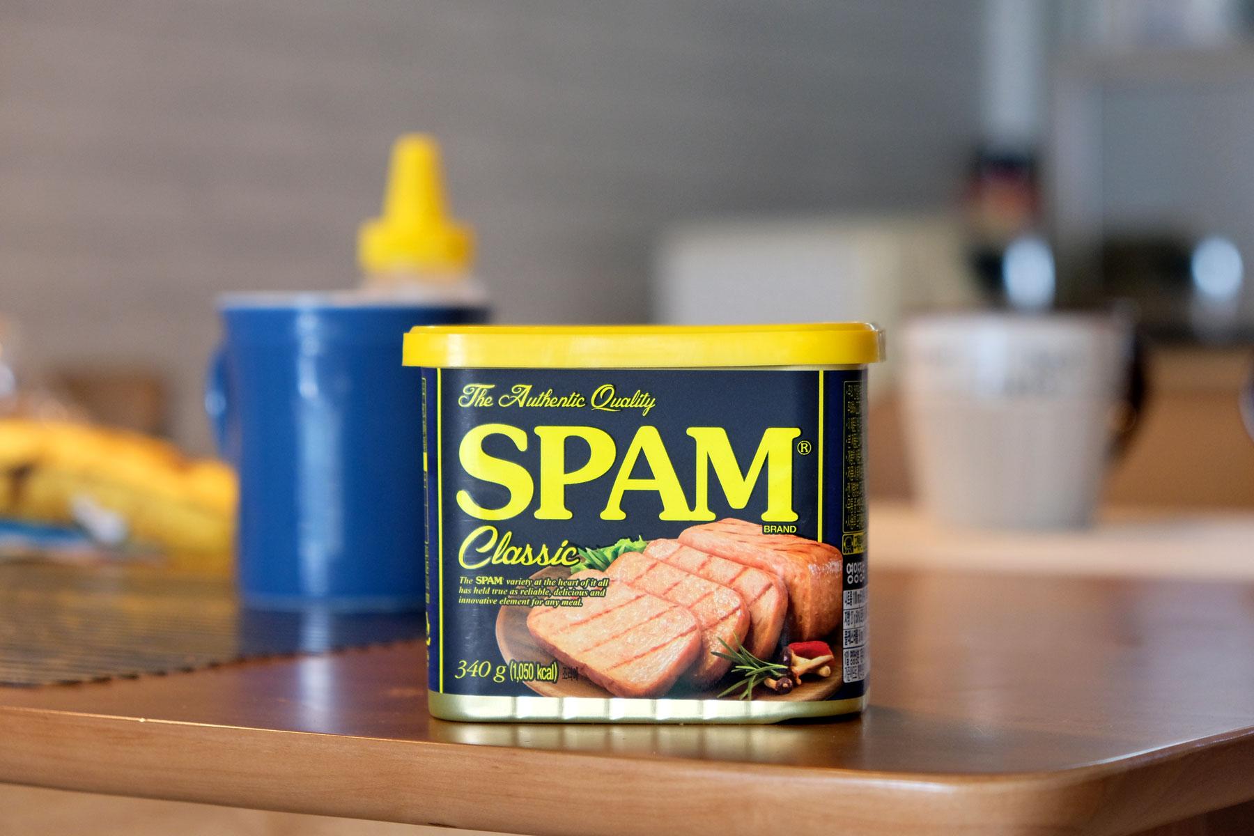 Eine Dose Spam-Fleisch steht auf dem Tisch.