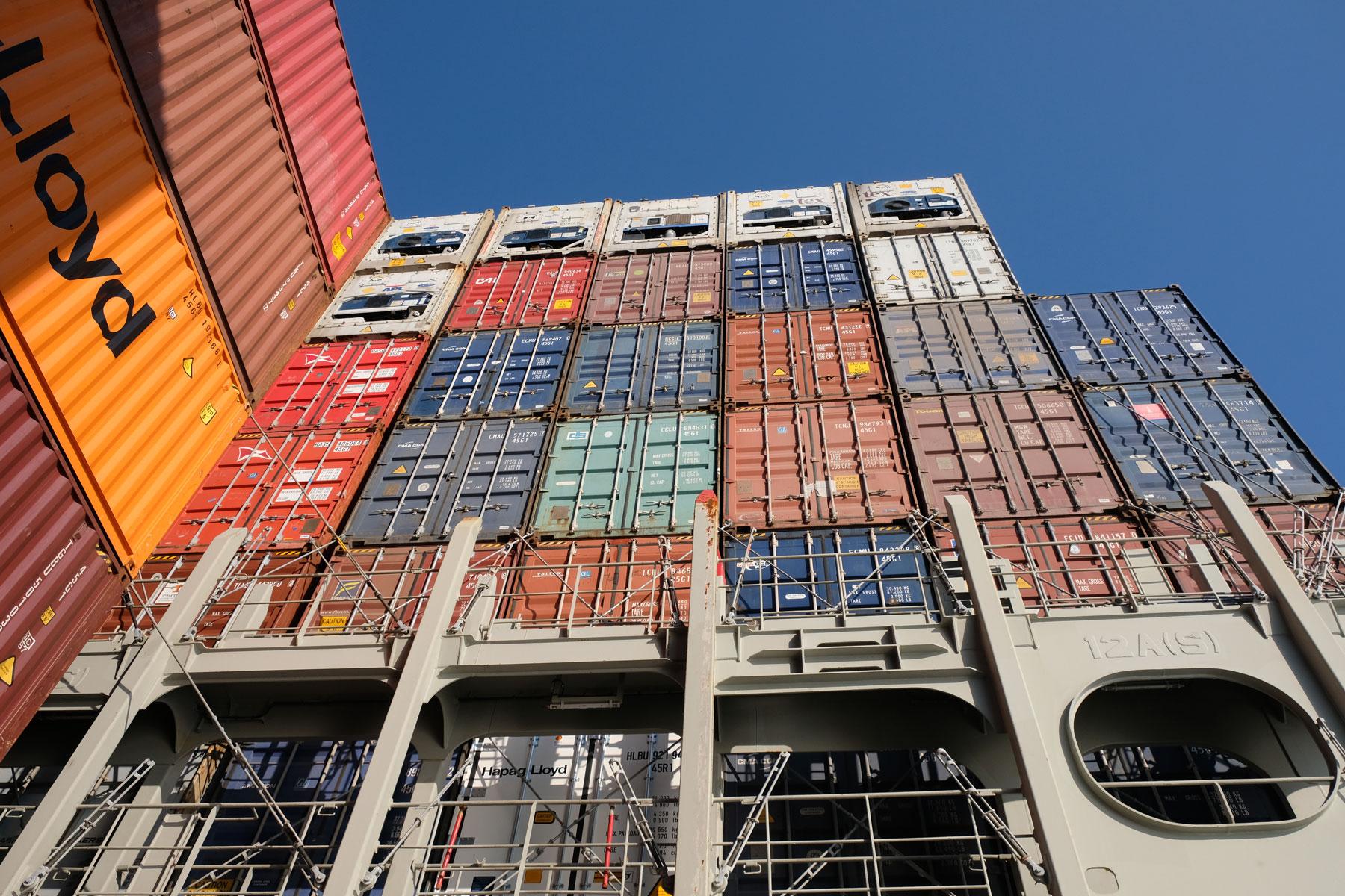 Container auf einem Containerschiff.