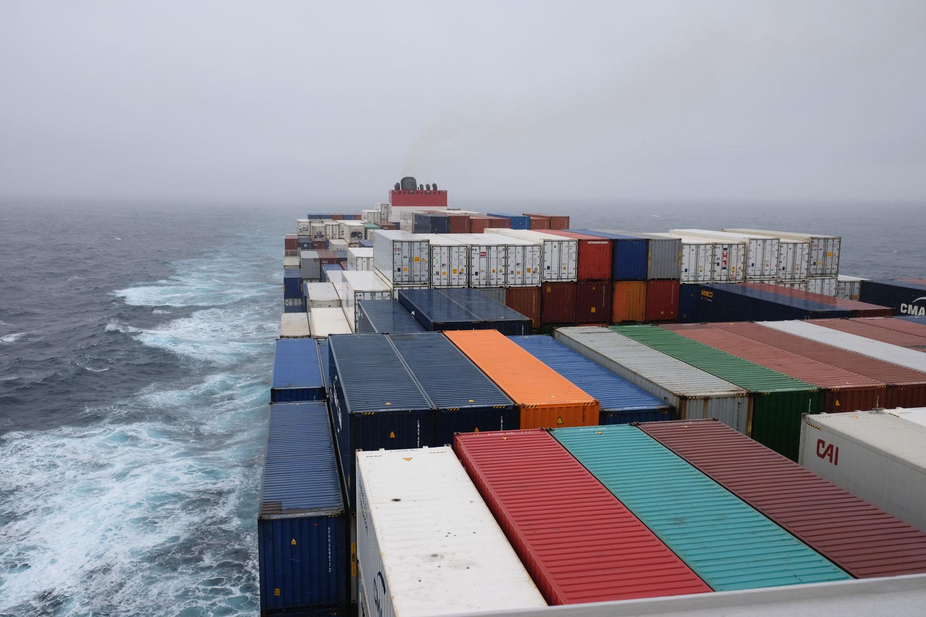 Blick auf ein Containerschiff.