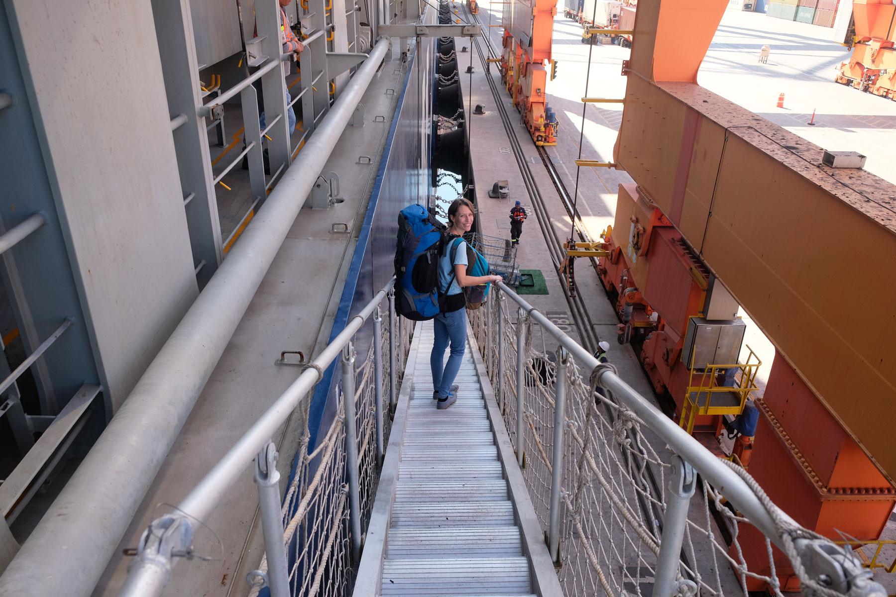Leo läuft im Hafen Manzanillo, Mexiko, die Gangway hinunter.
