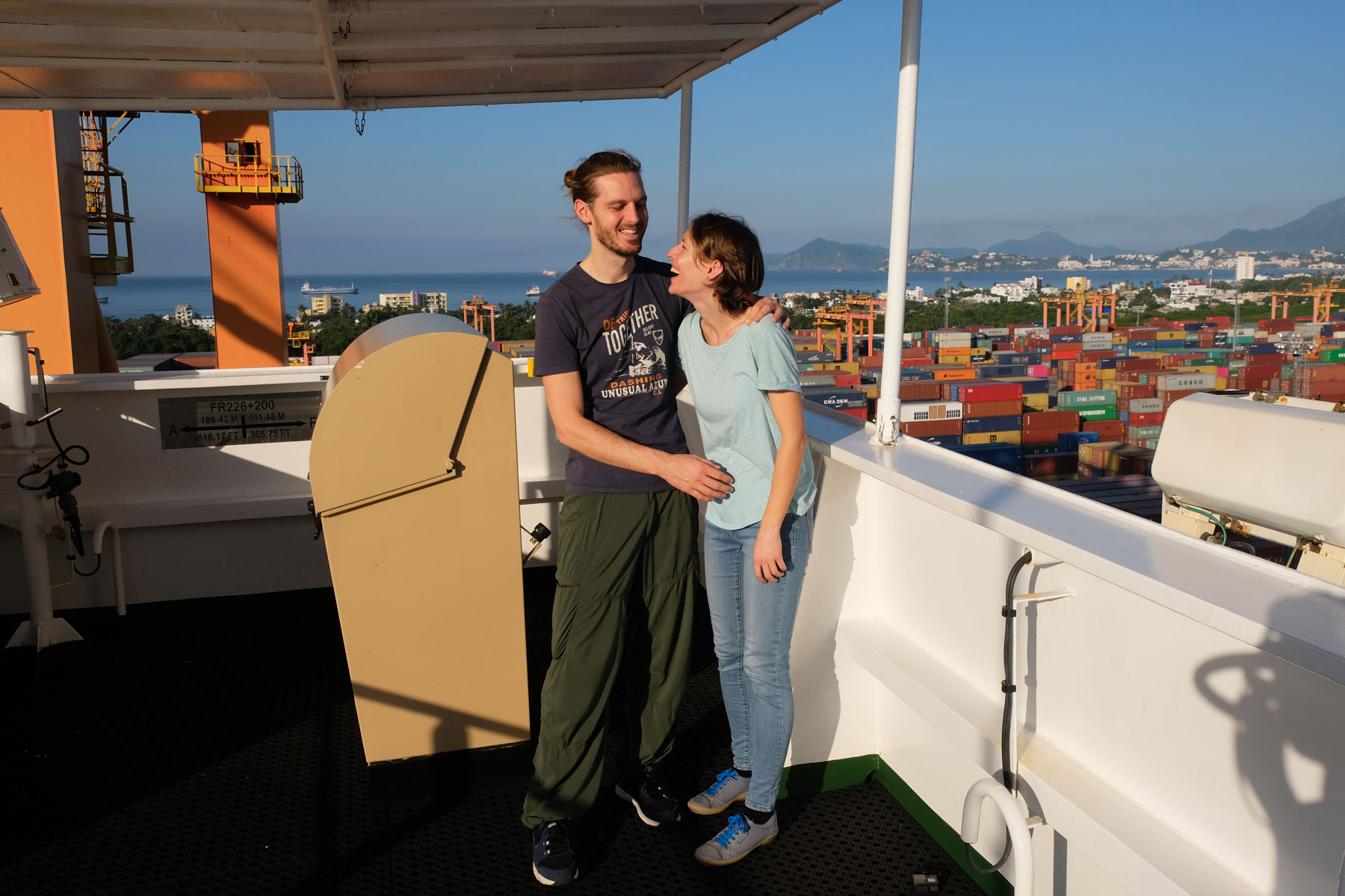 Leo und Sebastian auf der Brücke des Containerschiffs.