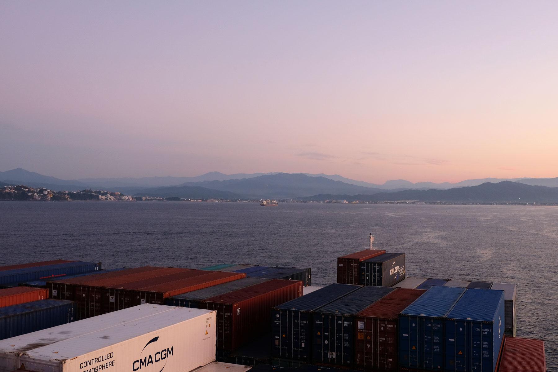 Das Containerschiff nähert sich im Morgengrauen Mexiko.