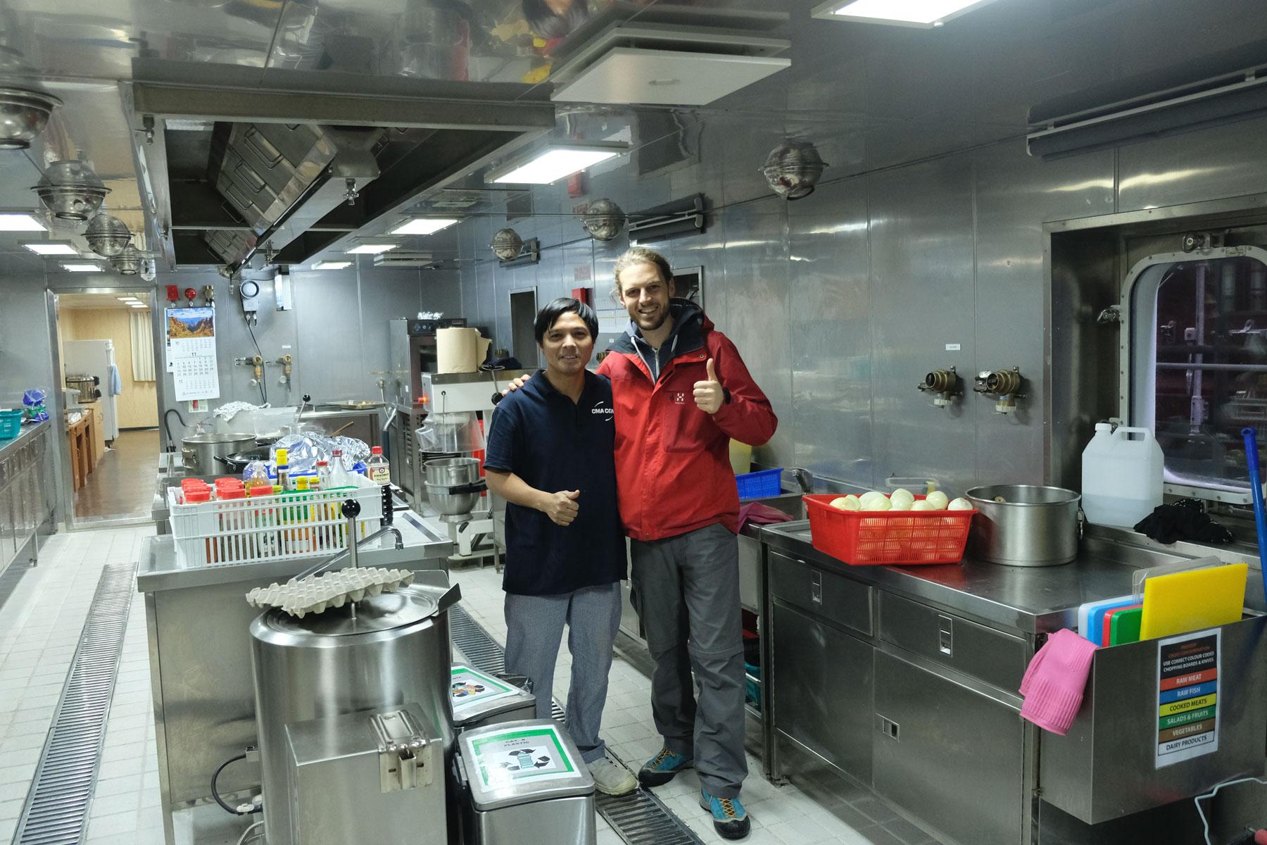 Sebastian und Joselito in der Küche des Containerschiffs.