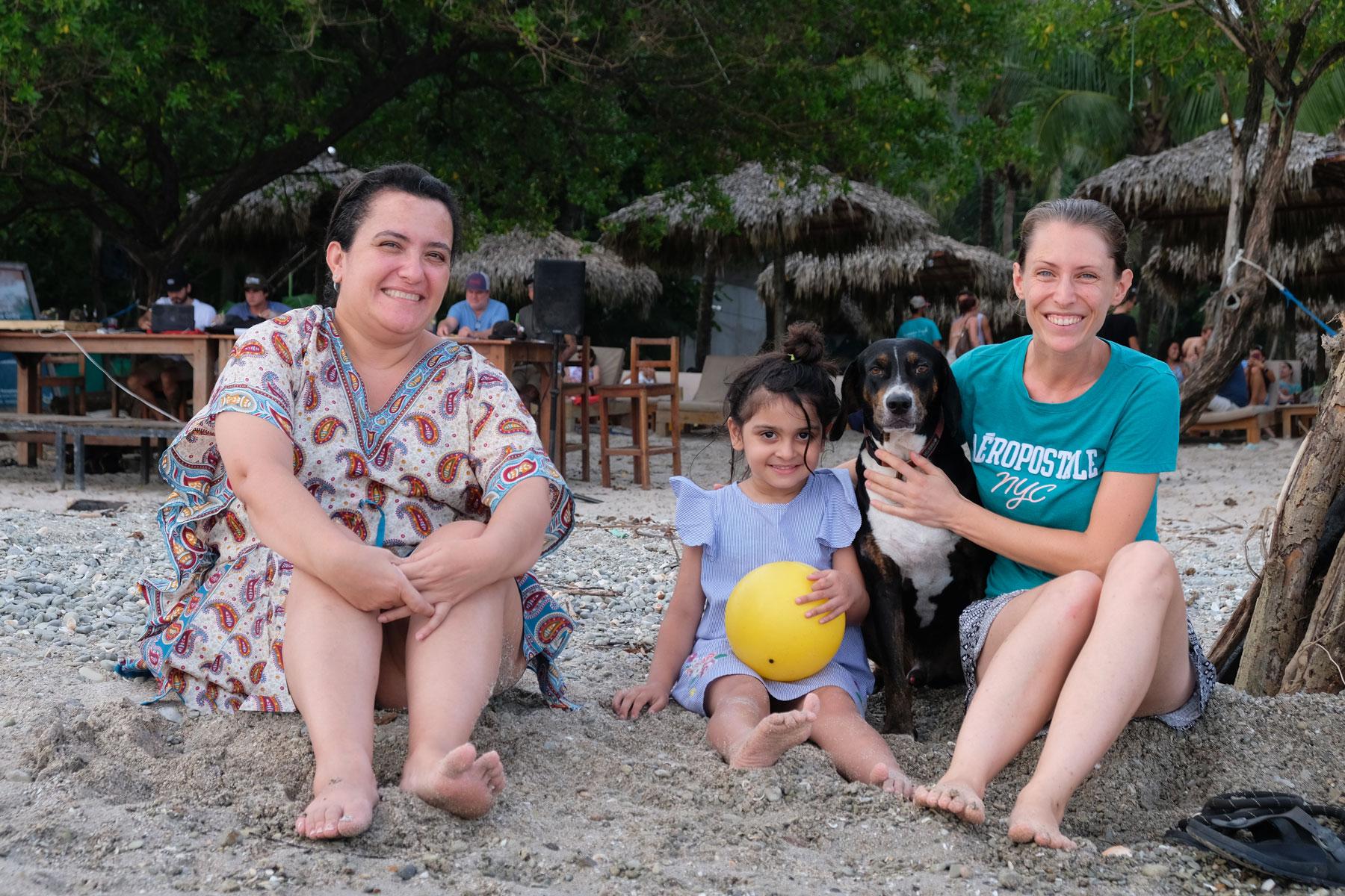 Leo sitzt mit ihrer Namensschwester am Strand Santa Teresa in Costa Rica.