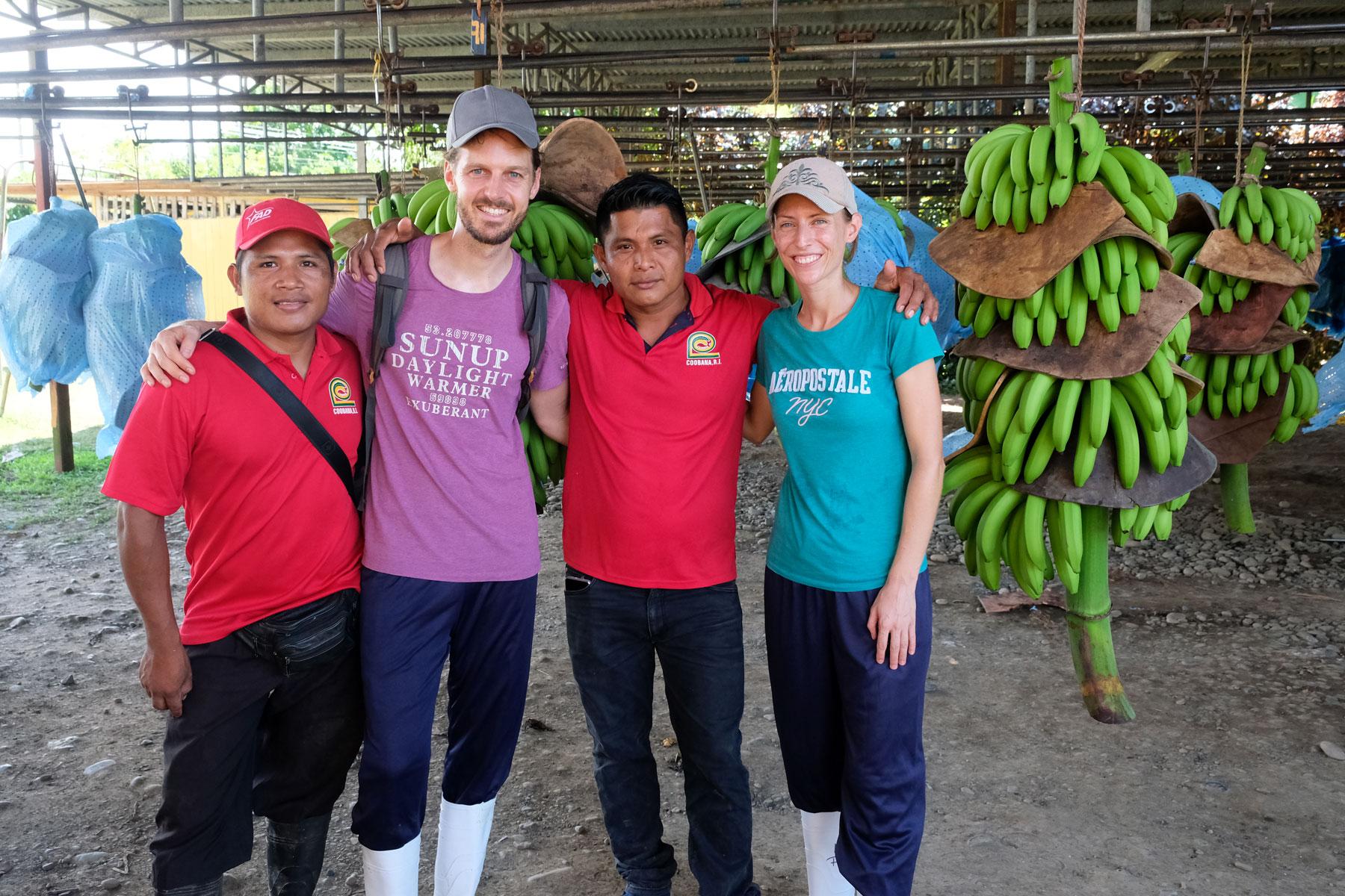 Leo und Sebastian mit zwei Arbeitern in einer Bananenkooperative.