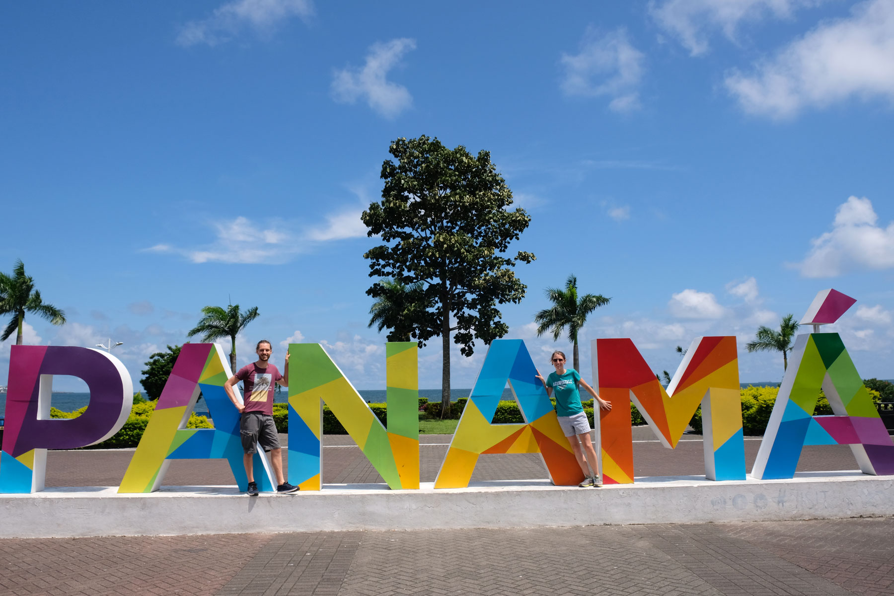 Leo und Sebastian stehen an bunten Buchstaben, auf denen Panama steht.