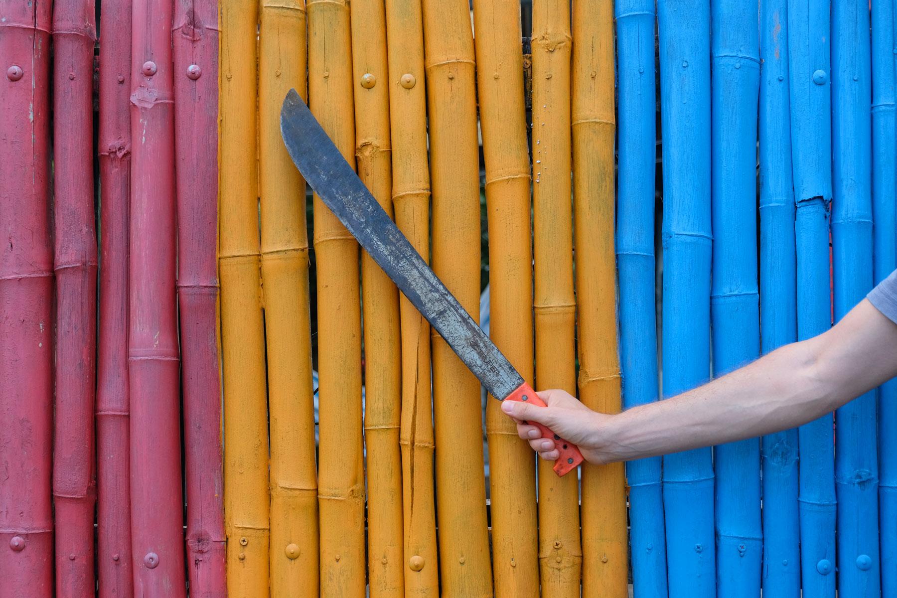 Eine Machete ist ein langes, scharfes Messer.