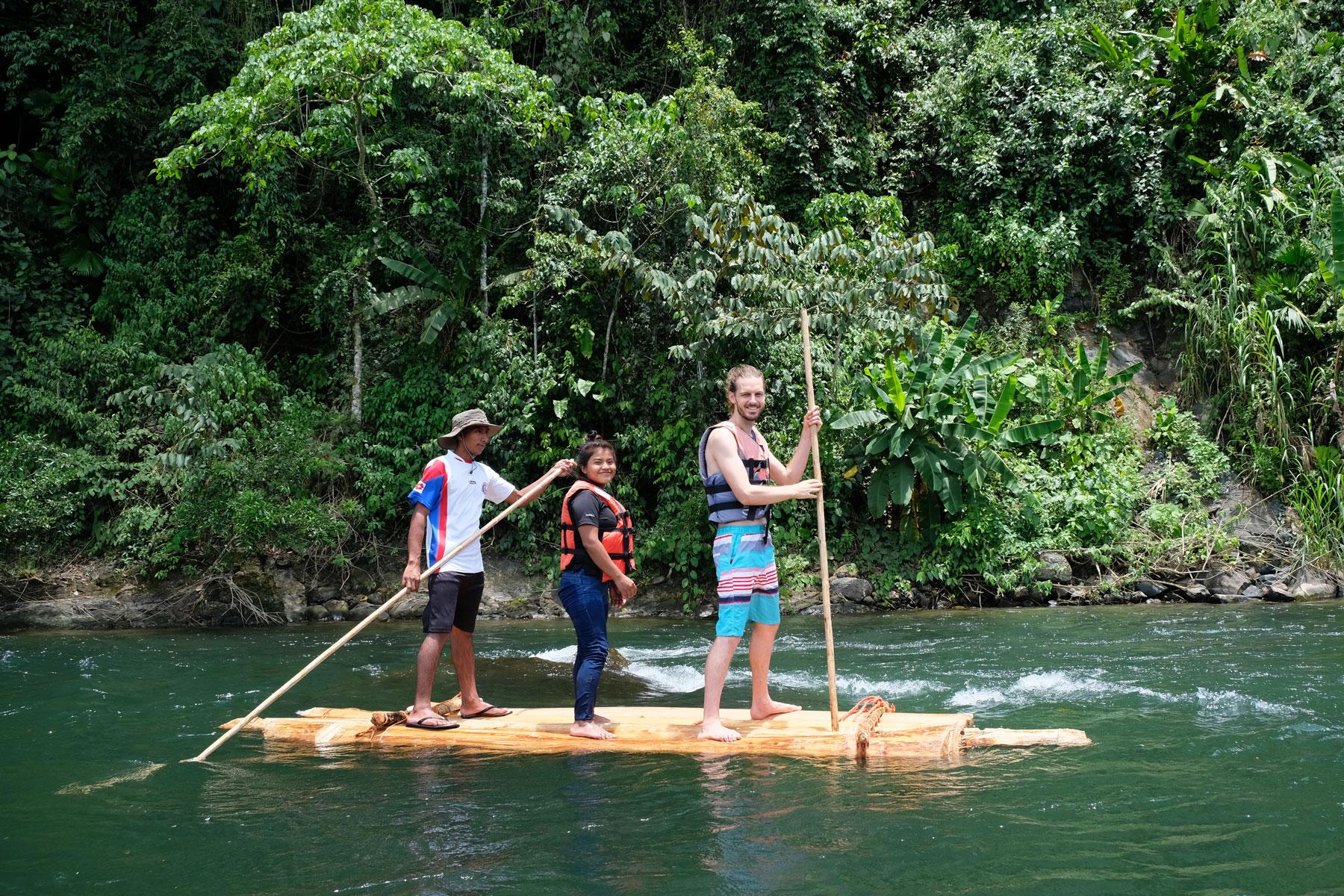 Sebastian fährt auf einem Floß über den Teribe-Fluss in Panama.