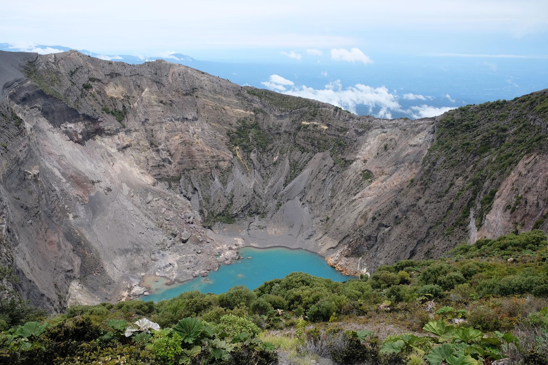 Der Kratersee des Vulkans Irazú leuchtet blau.