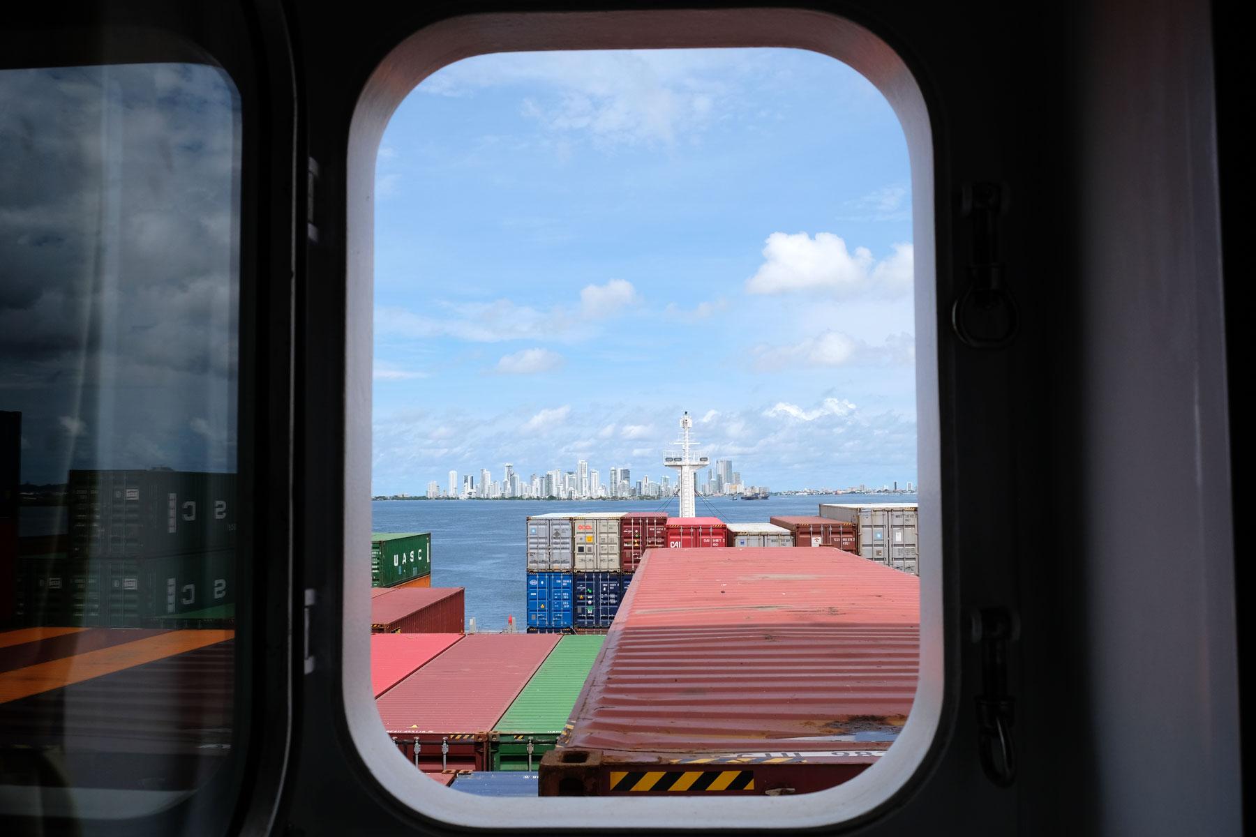 Aus unserer Kabine auf dem Containerschiff können wir die Skyline von Cartagena sehen.