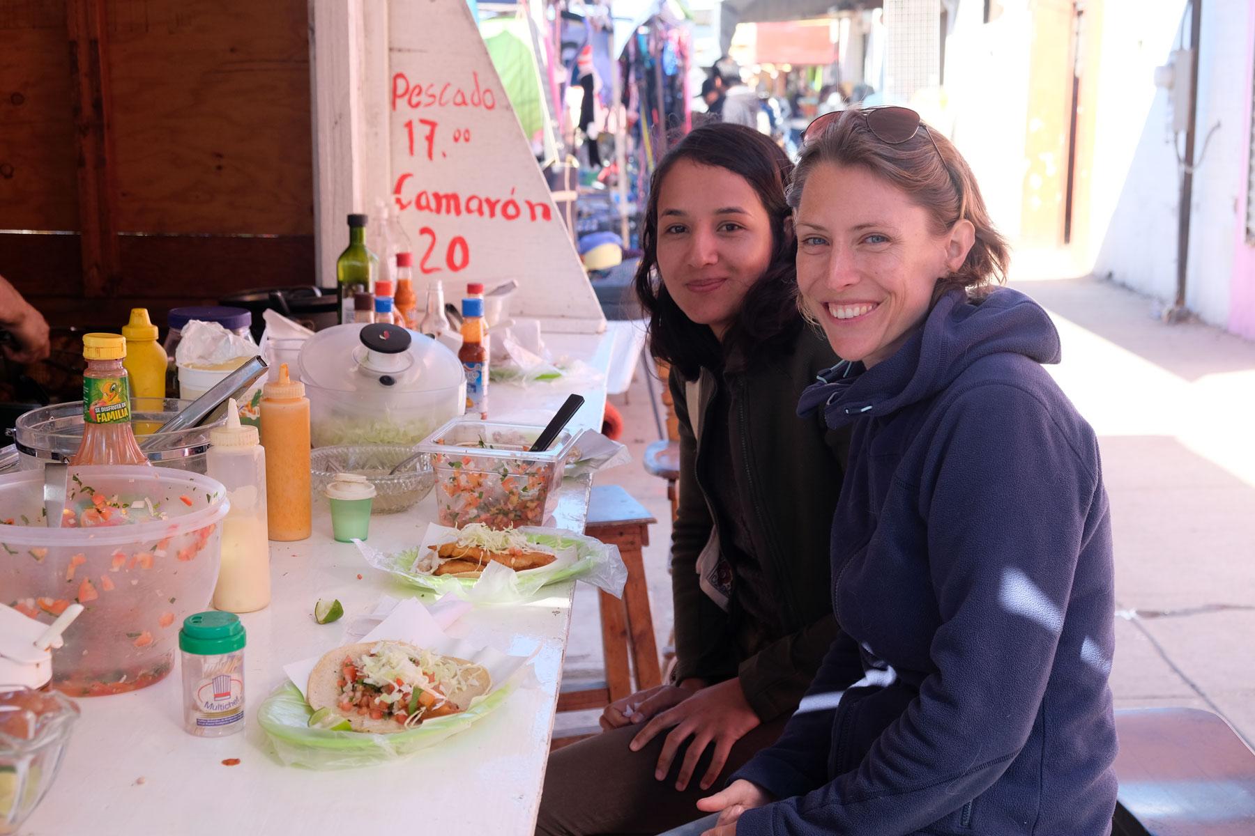 Leo und Nayeli essen Tacos in Ensenada.