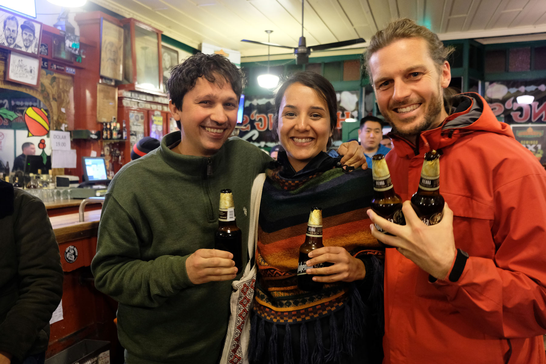 Sebastian stößt mit Óscar und Nayeli in einer Bar in Ensenada an.