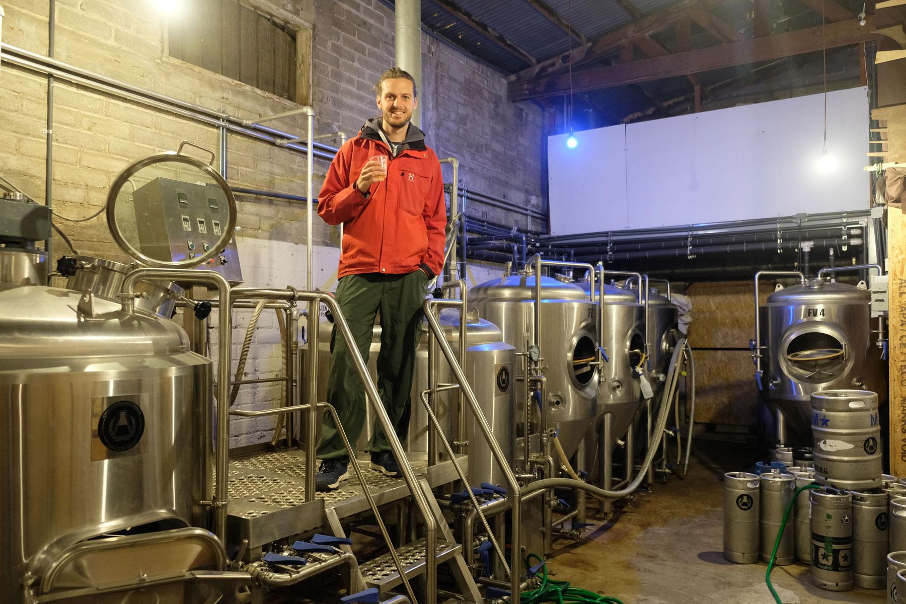 Sebastian steht in der Brauerei Heisenberg in Ensenada auf der Baja California.